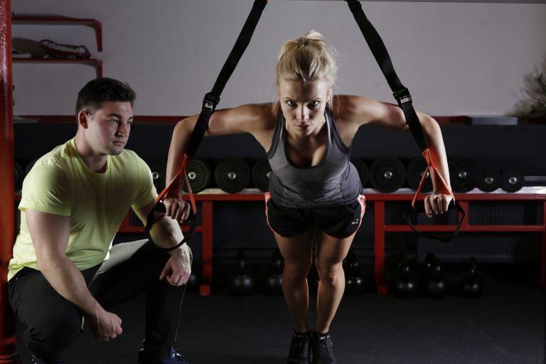 Imagem de uma mulher fazendo abdominais.