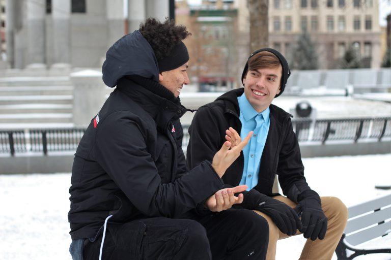 Imagem de dois rapazes conversando.