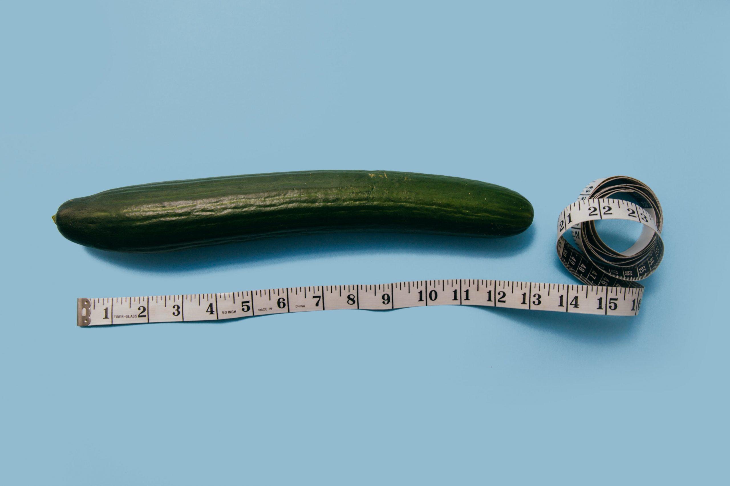 Imagem mostra um penino medido com uma fita métrica simbolizando um pênis.