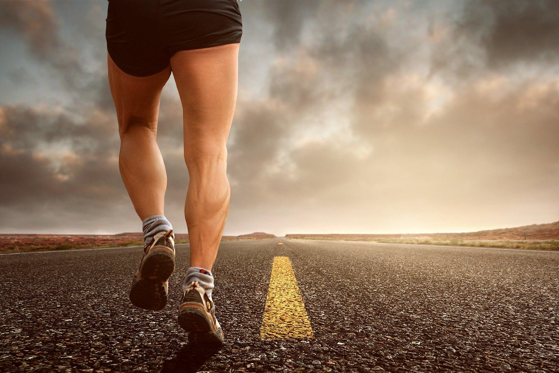 Imagem mostra uma pessoa caminhando e seu tênis em detalhes.