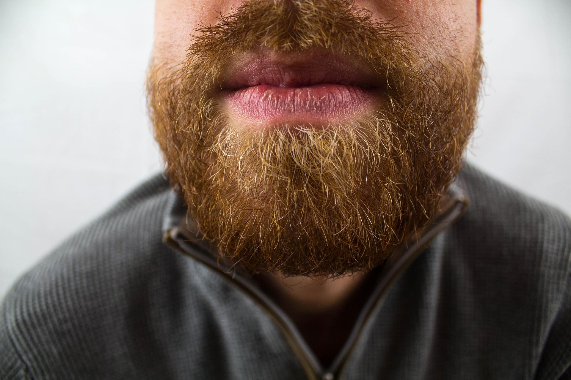 Imagem mostra em detalhe a barba de um homem.