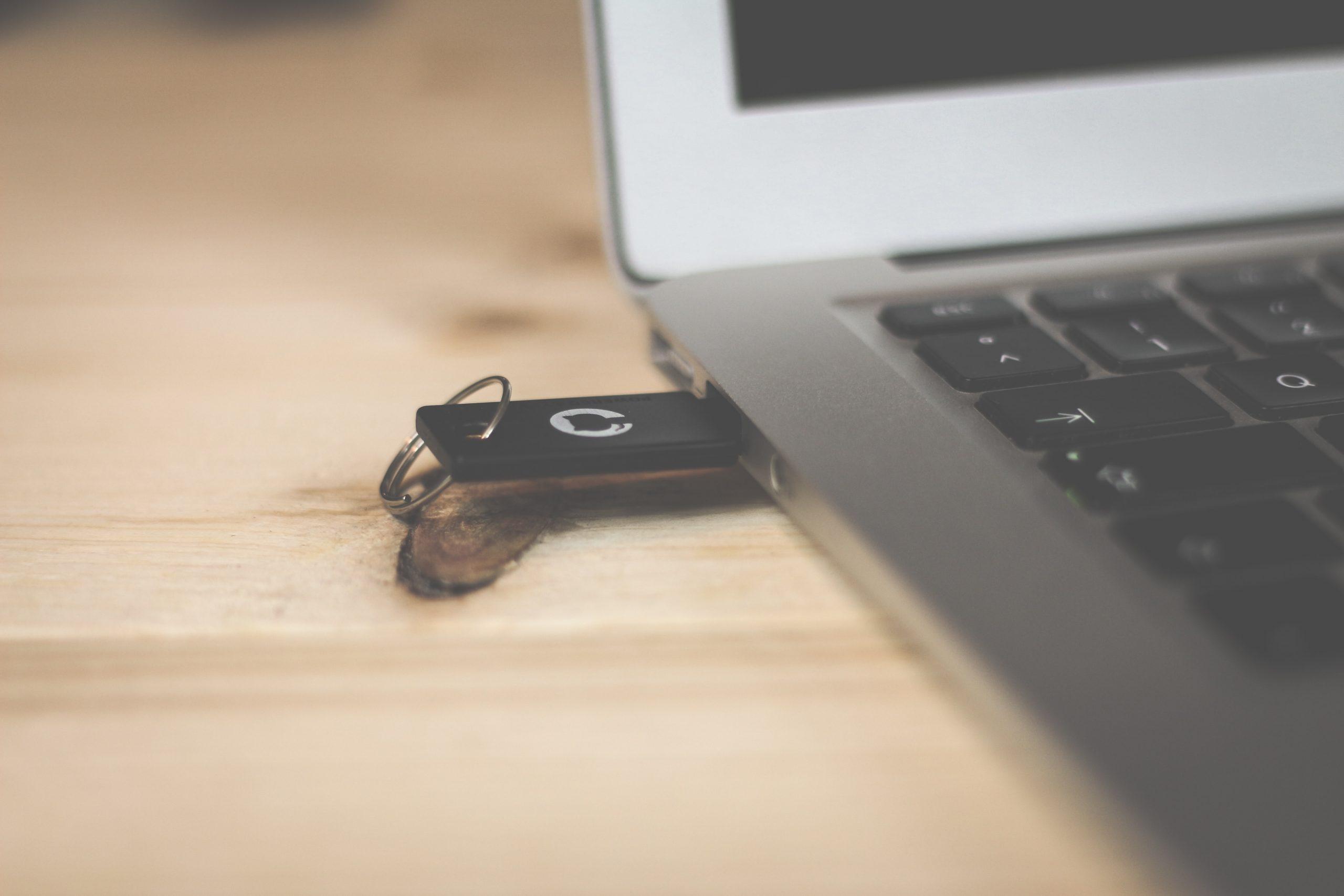 Adapatador wireless USB conectado no notebook.