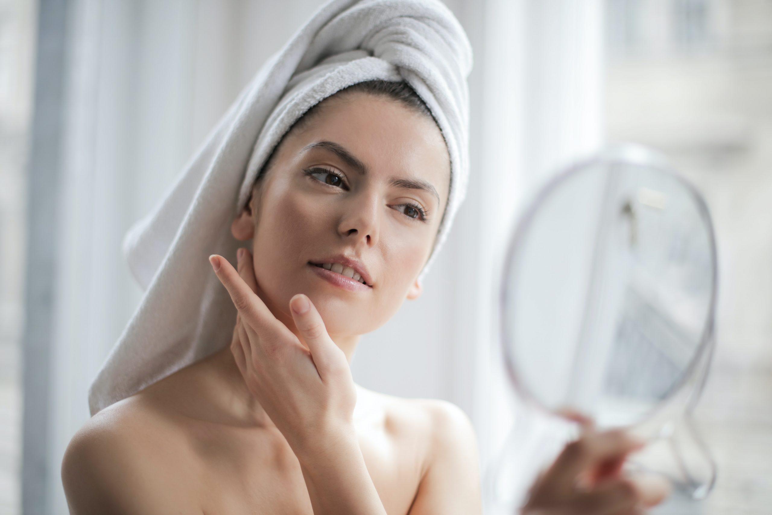 Imagem de uma mulher cuidando do rosto.