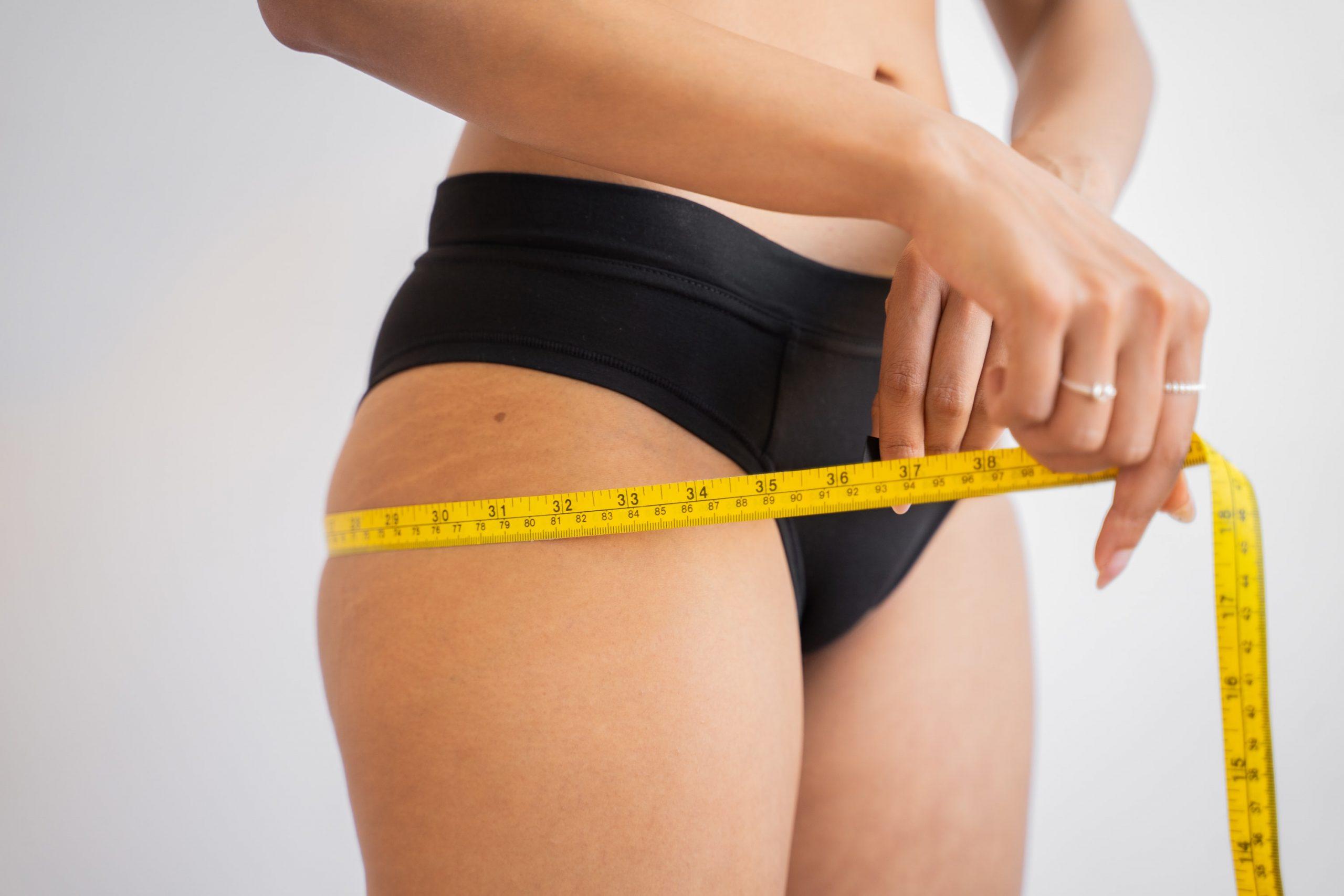 Imagem de uma mulher medindo a circunferência do glúteo.