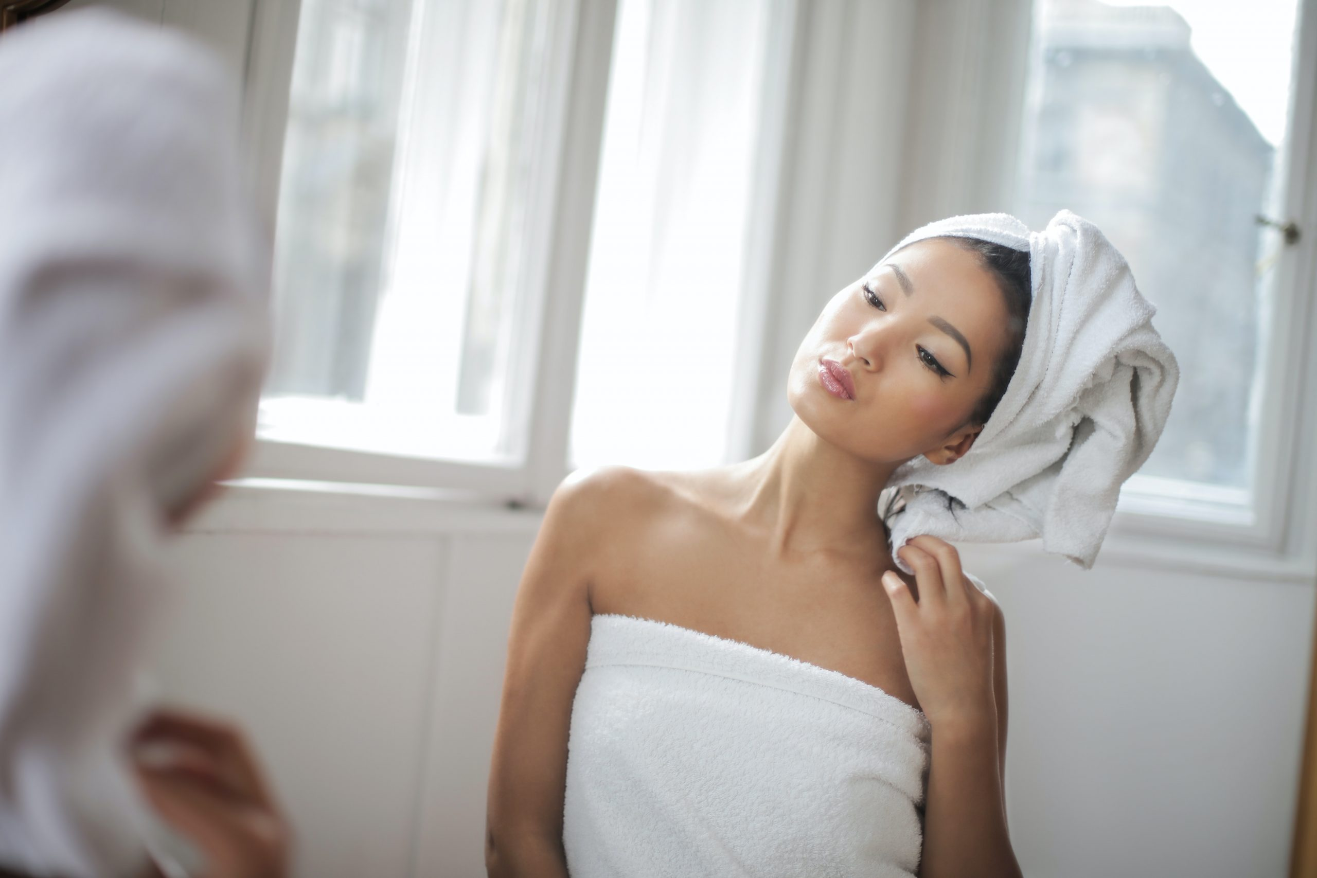Imagem de uma mulher enrolada em uma toalha.