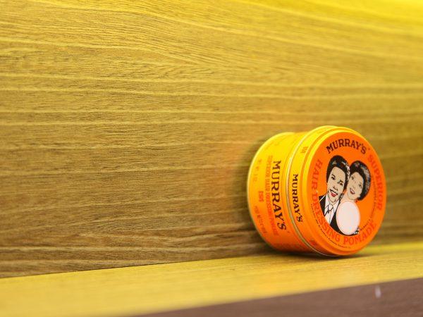 Frasco de pomada para cabelo.