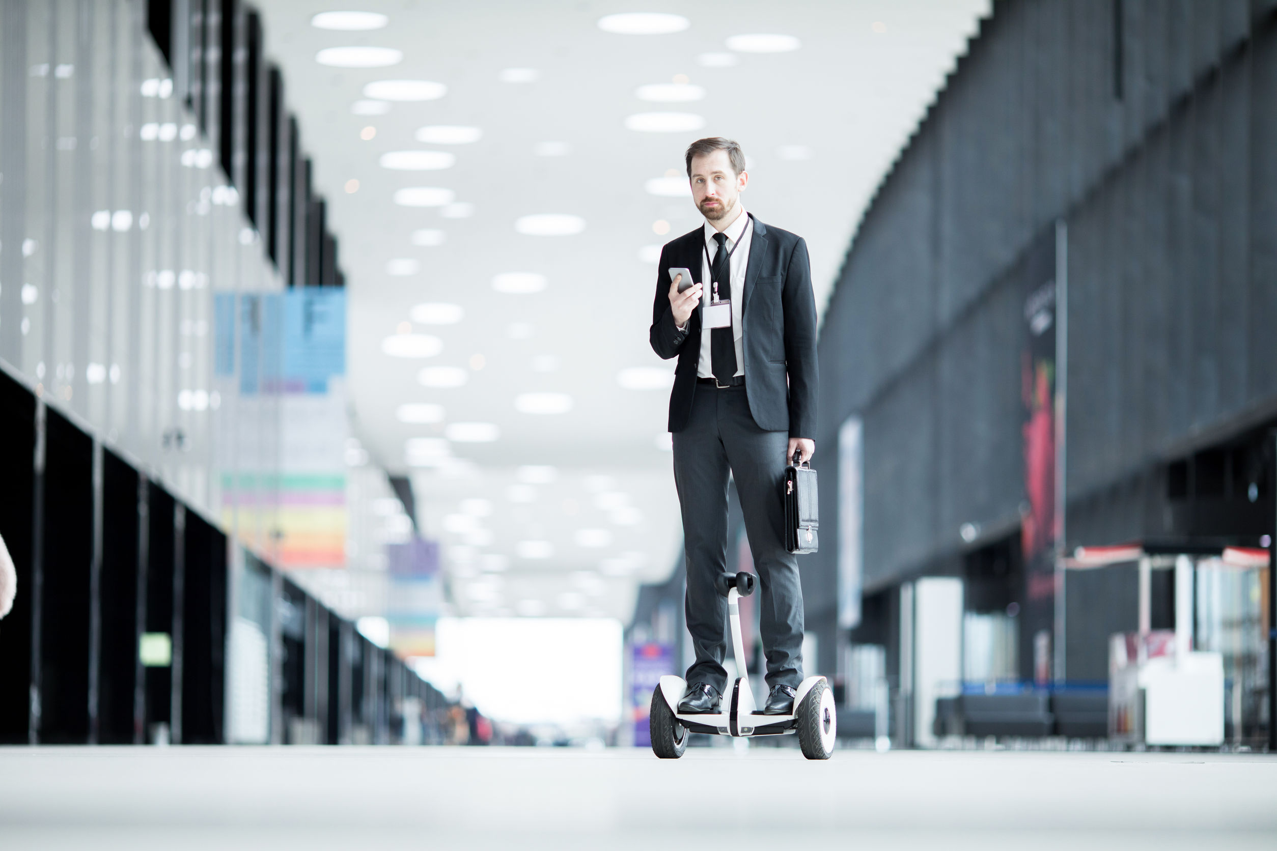 Imagem de um homem indo ao trabalho de hoverboard