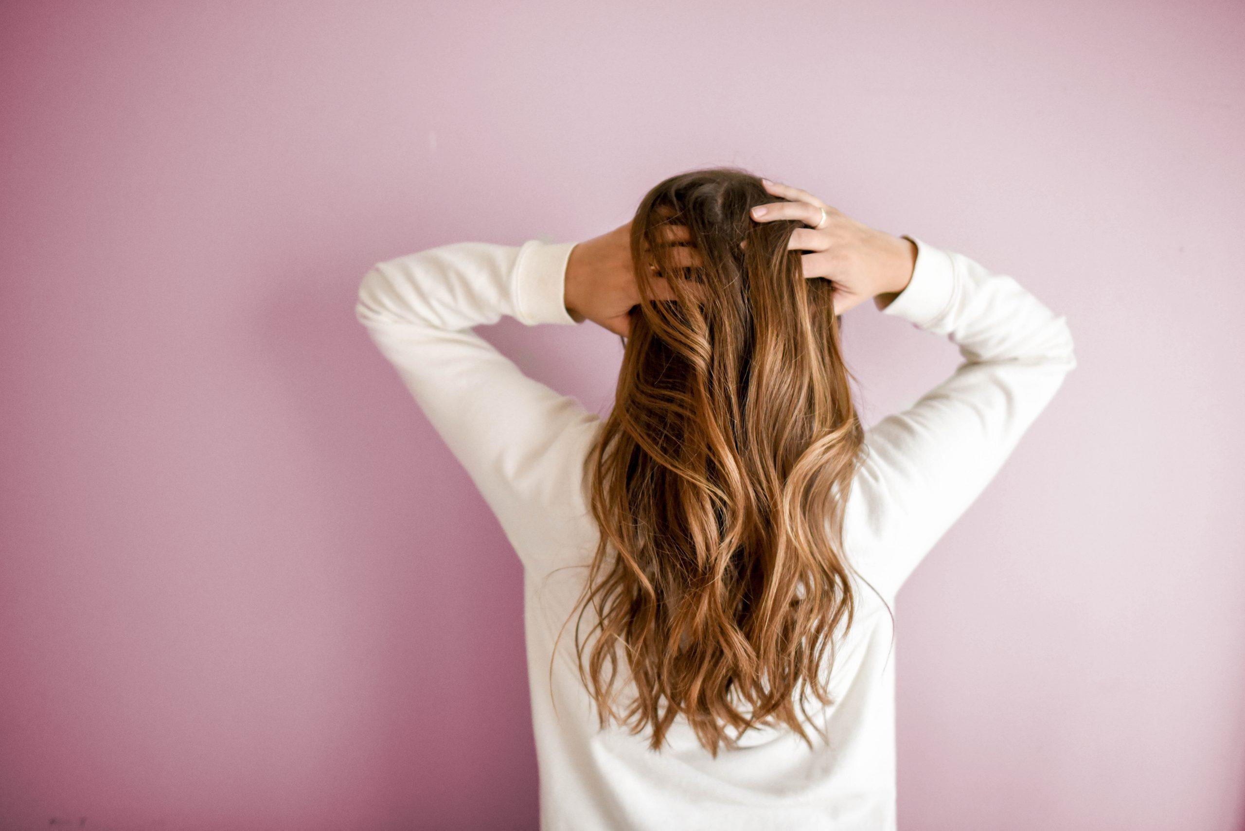 Imagem do cabelo de uma mulher.