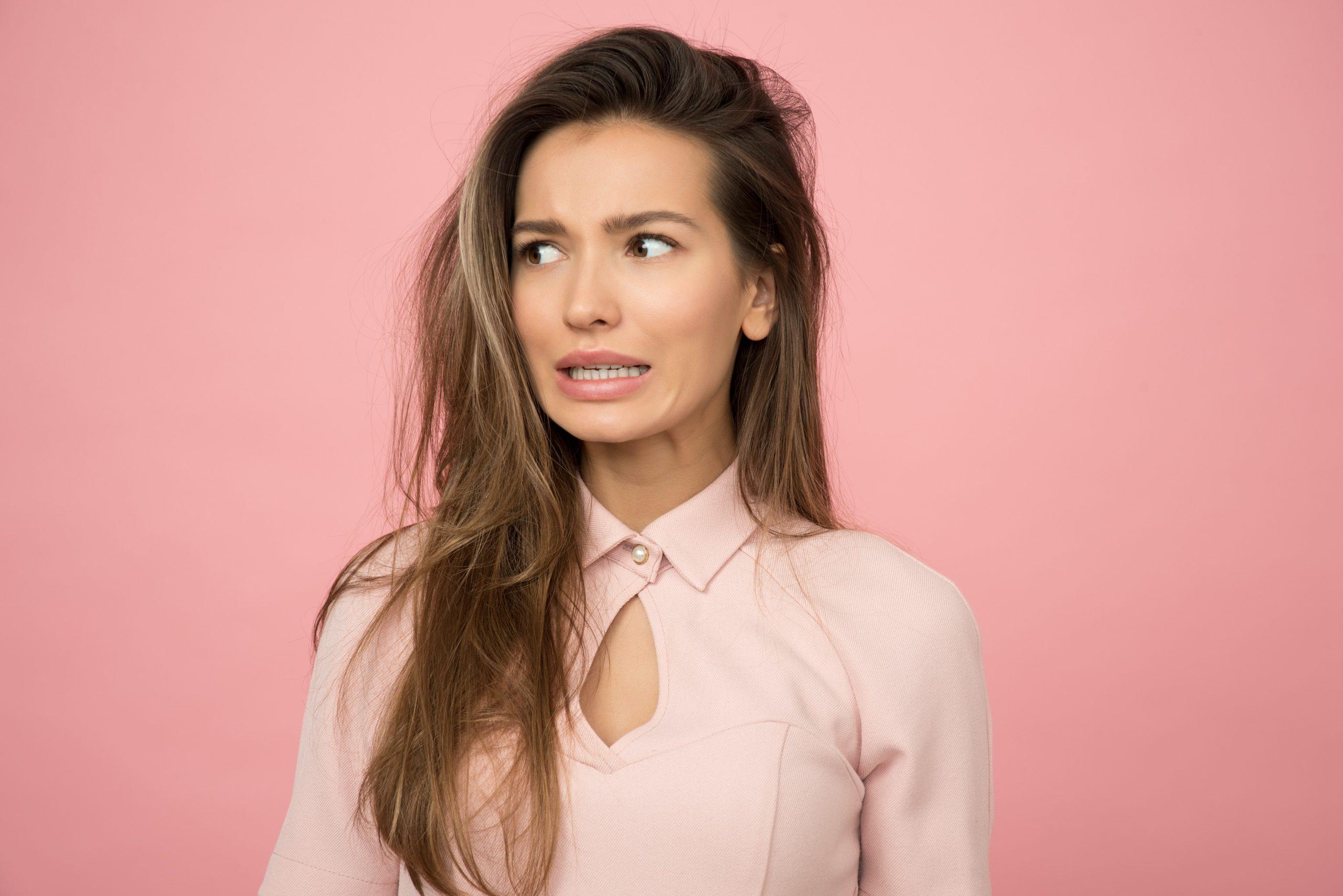 Imagem de uma mulher com expressão assustada.
