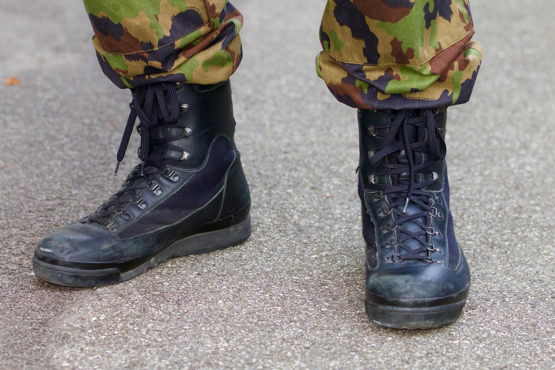 Imagem mostra em detalhe o coturno vestido por um militar.