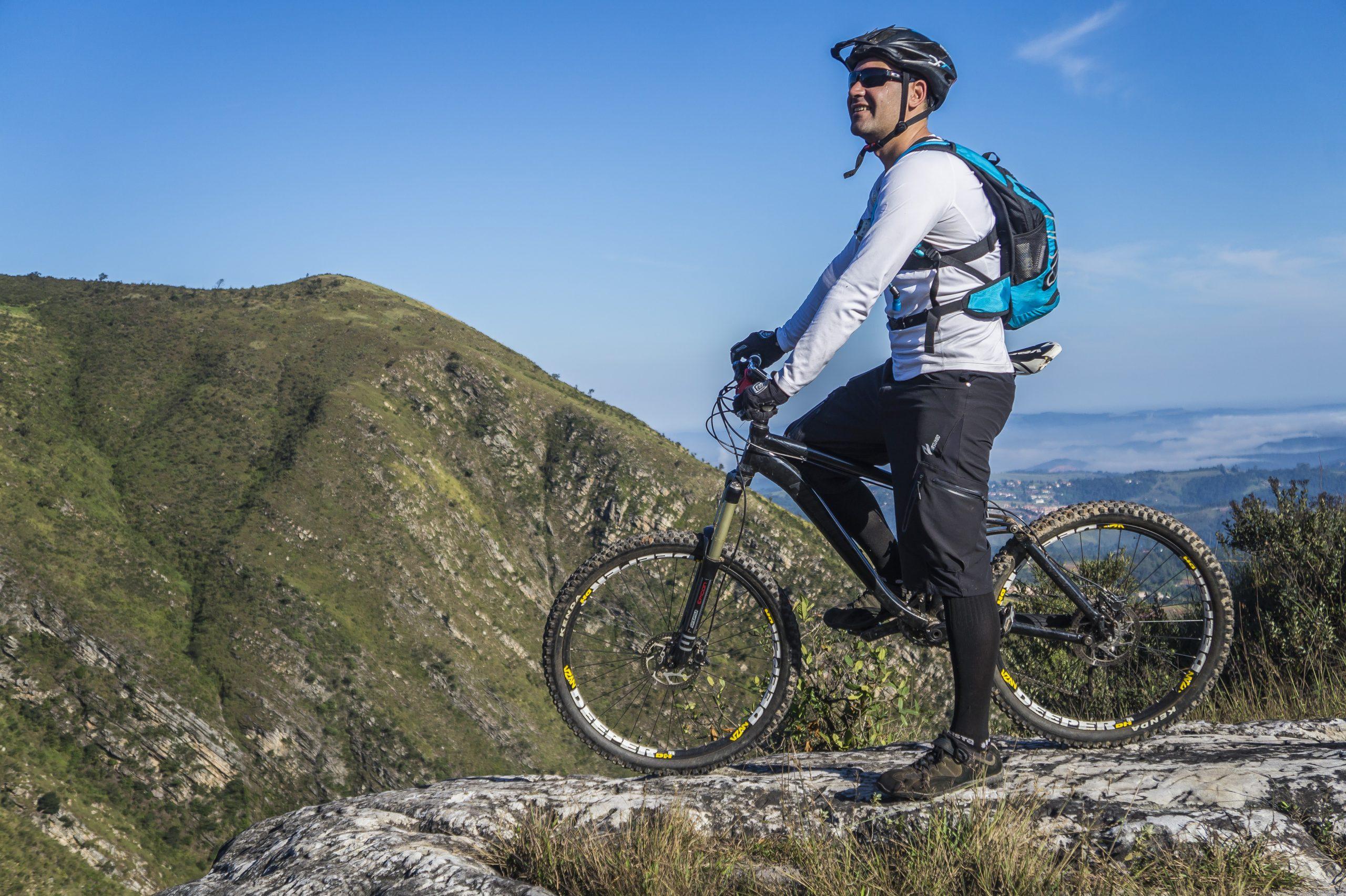 Imagem de um homem fazendo trilha de bicicleta.
