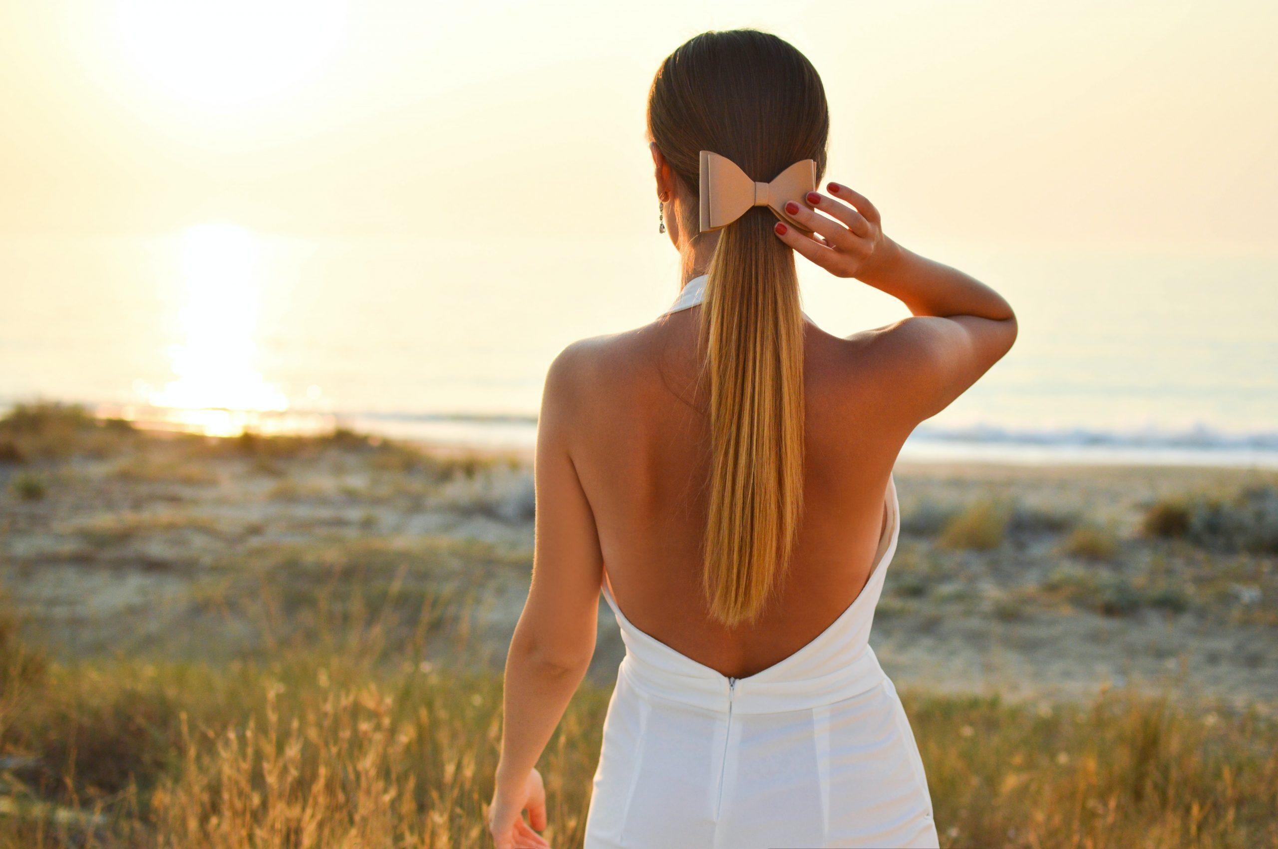 Imagem de uma mulher olhando para o horizonte.