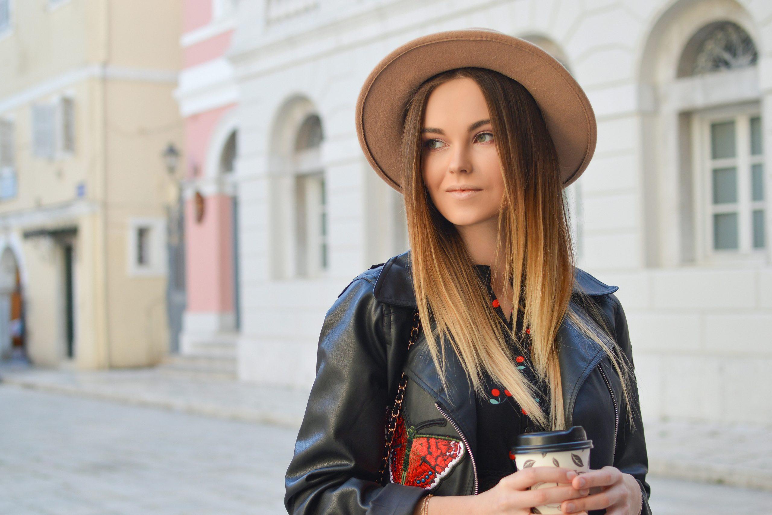 Imagem de uma mulher usando um chapéu.