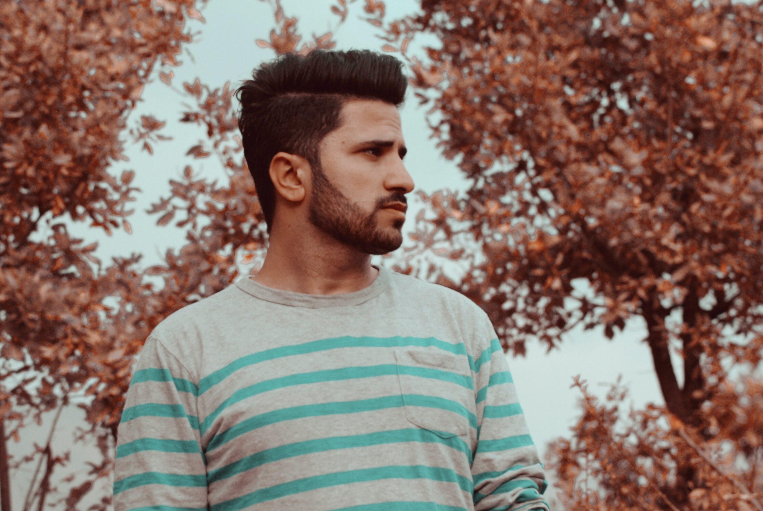 Detalhe de homem com barba.