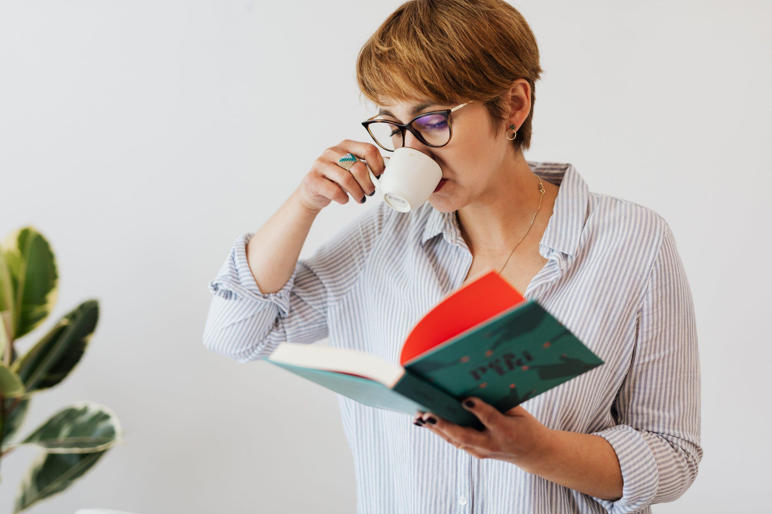 Imagem de uma mulher lendo um livro.