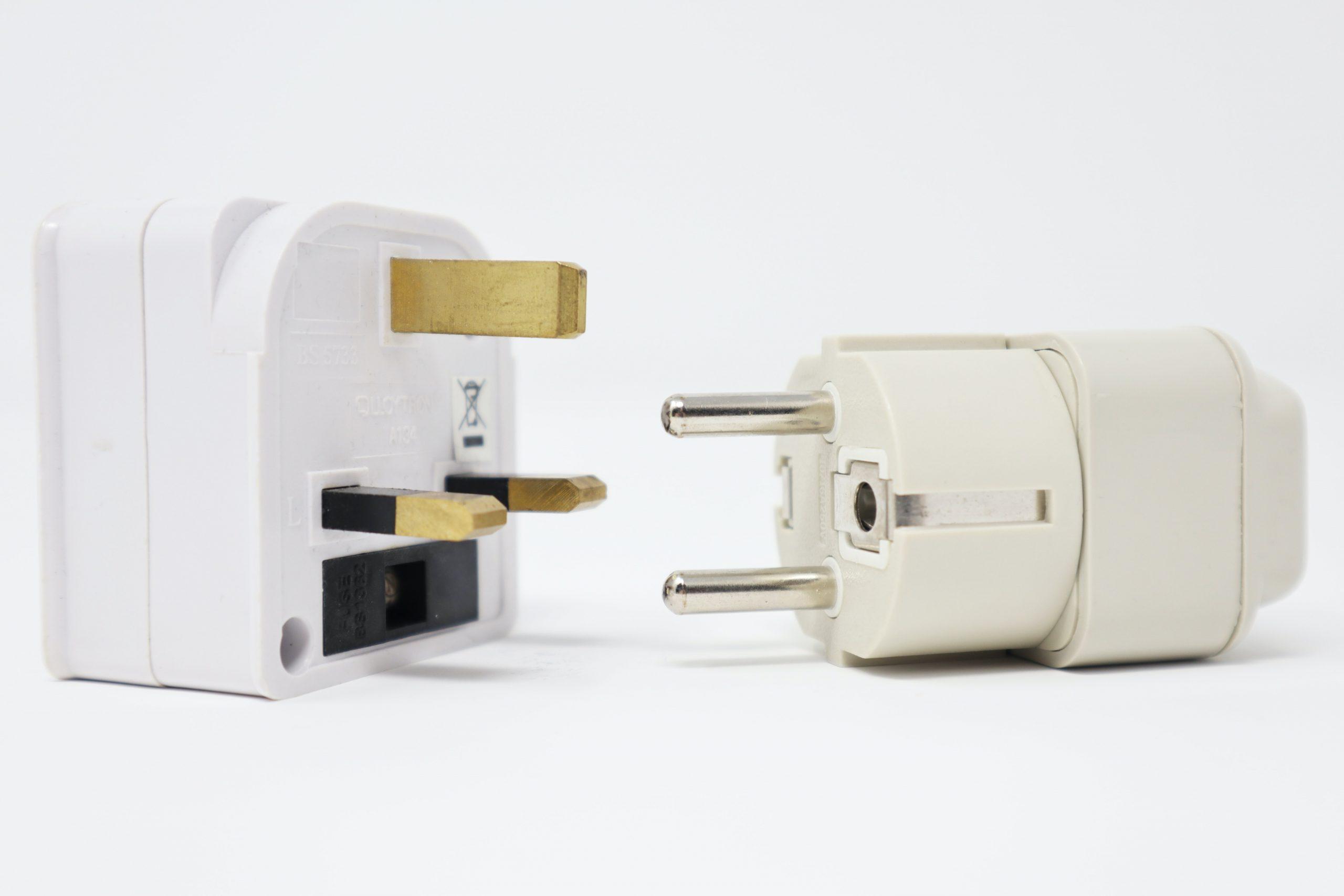 Na foto dois adaptadores de tomada com conectores de diferentes padrões.
