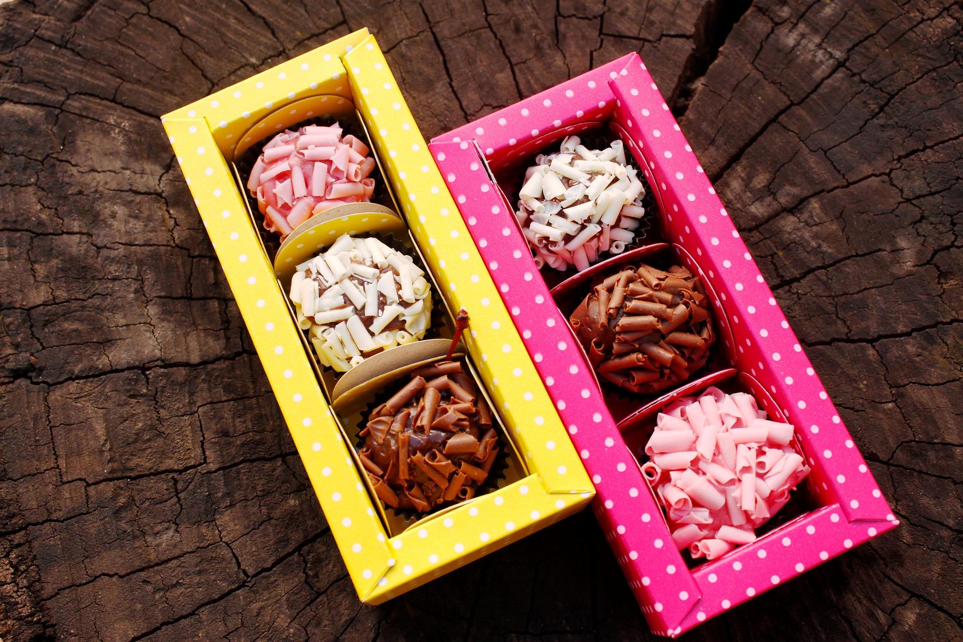 Imagem de duas caixinhas de brigadeiro gourmet.