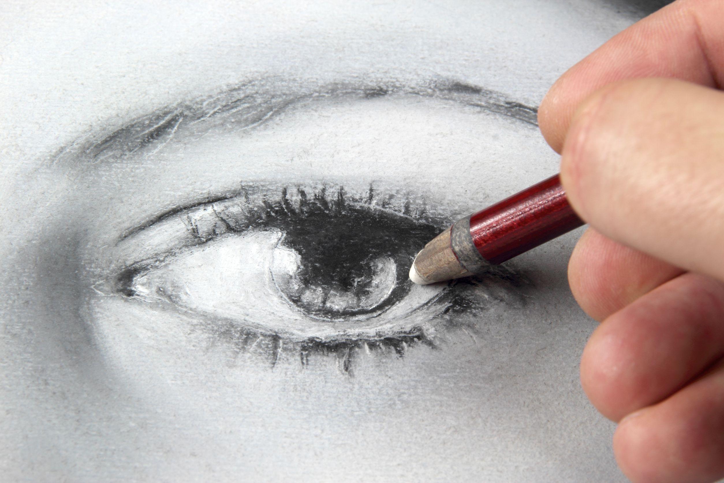 Mão segurando caneta desenhando um homem
