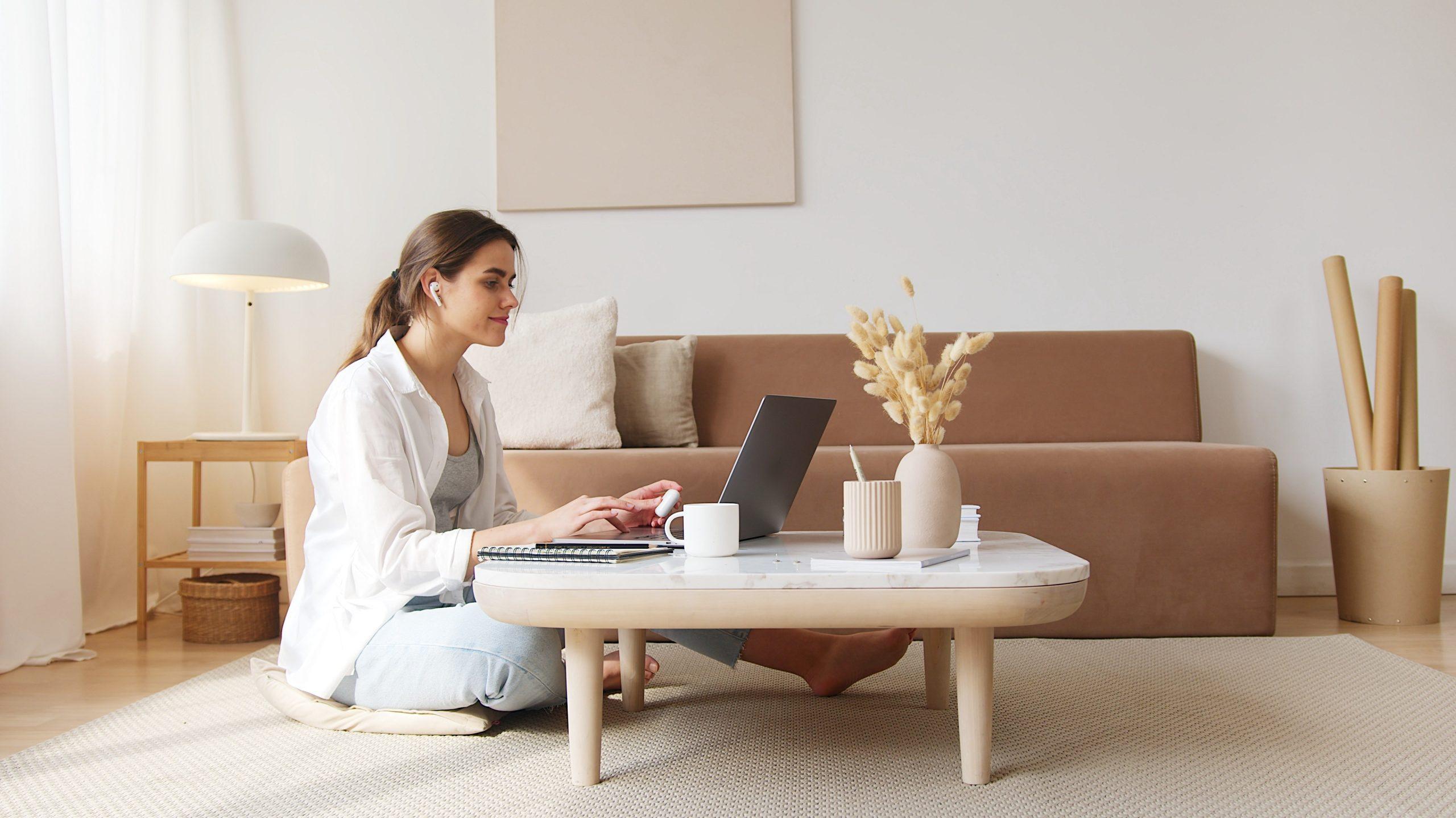 Imagem de uma mulher fazendo um curso online.