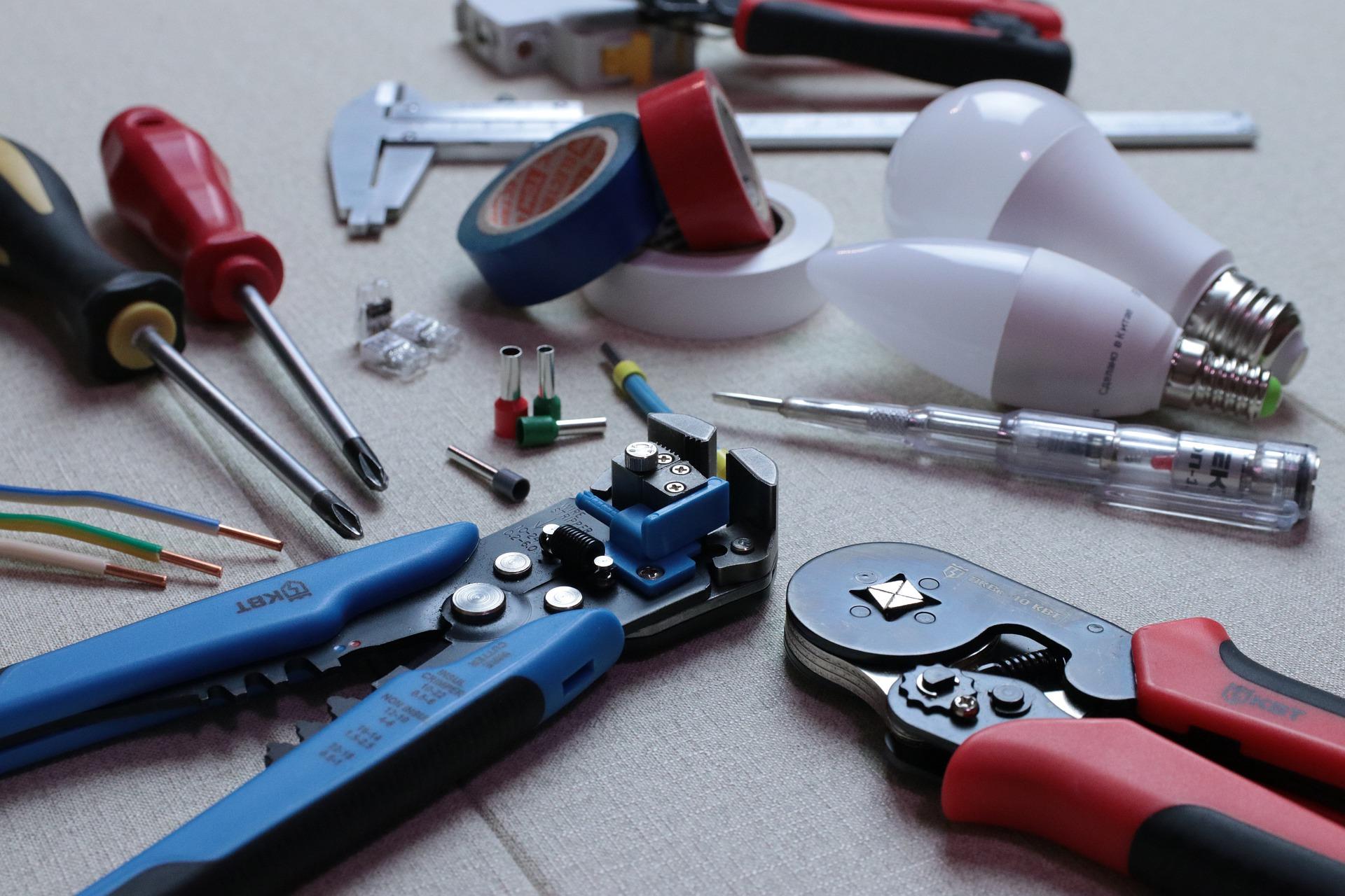 Imagem mostra várias ferramentas de eletricista lado a lado.