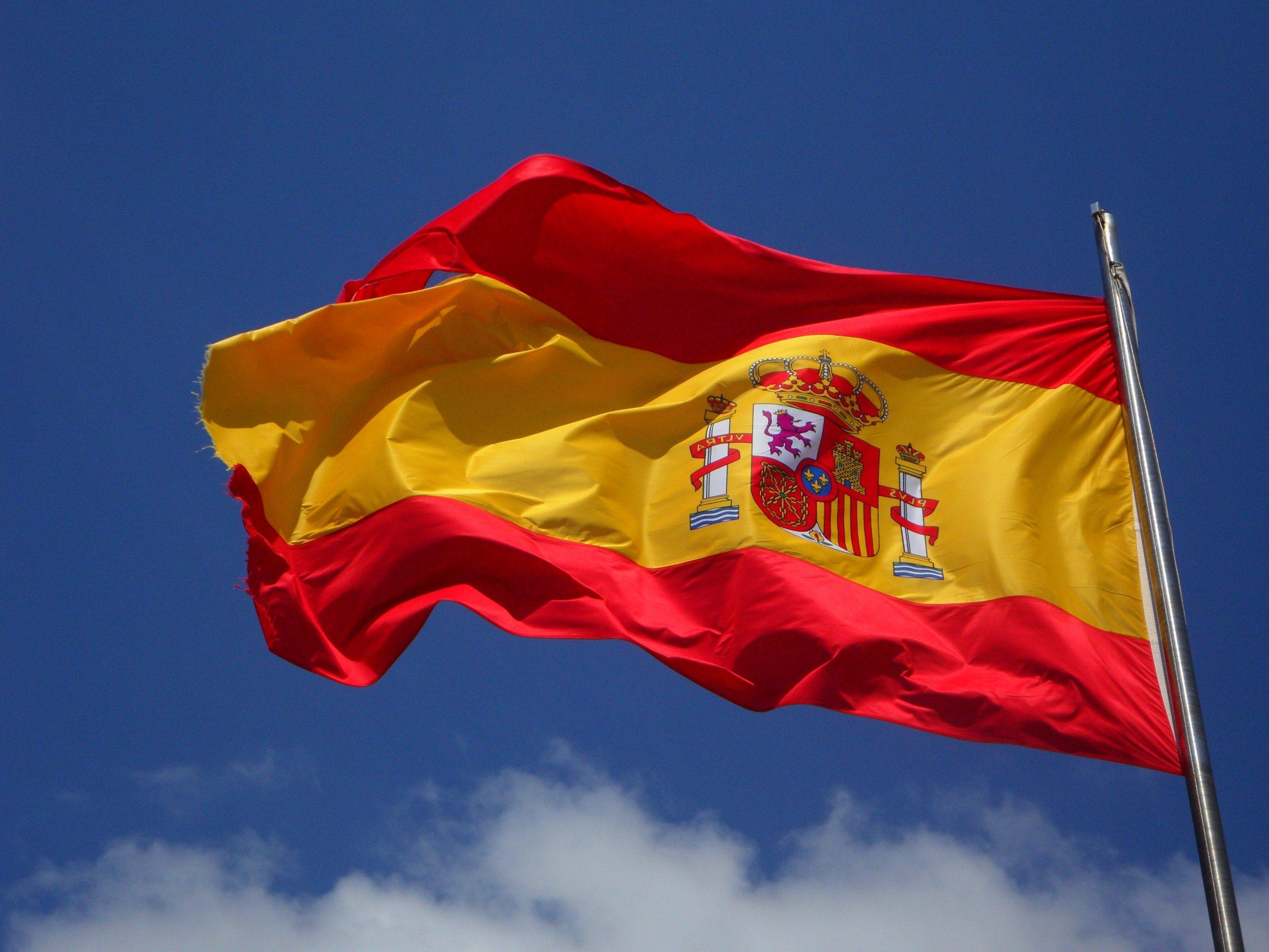 bandeira da Espanha balançando em céu azul