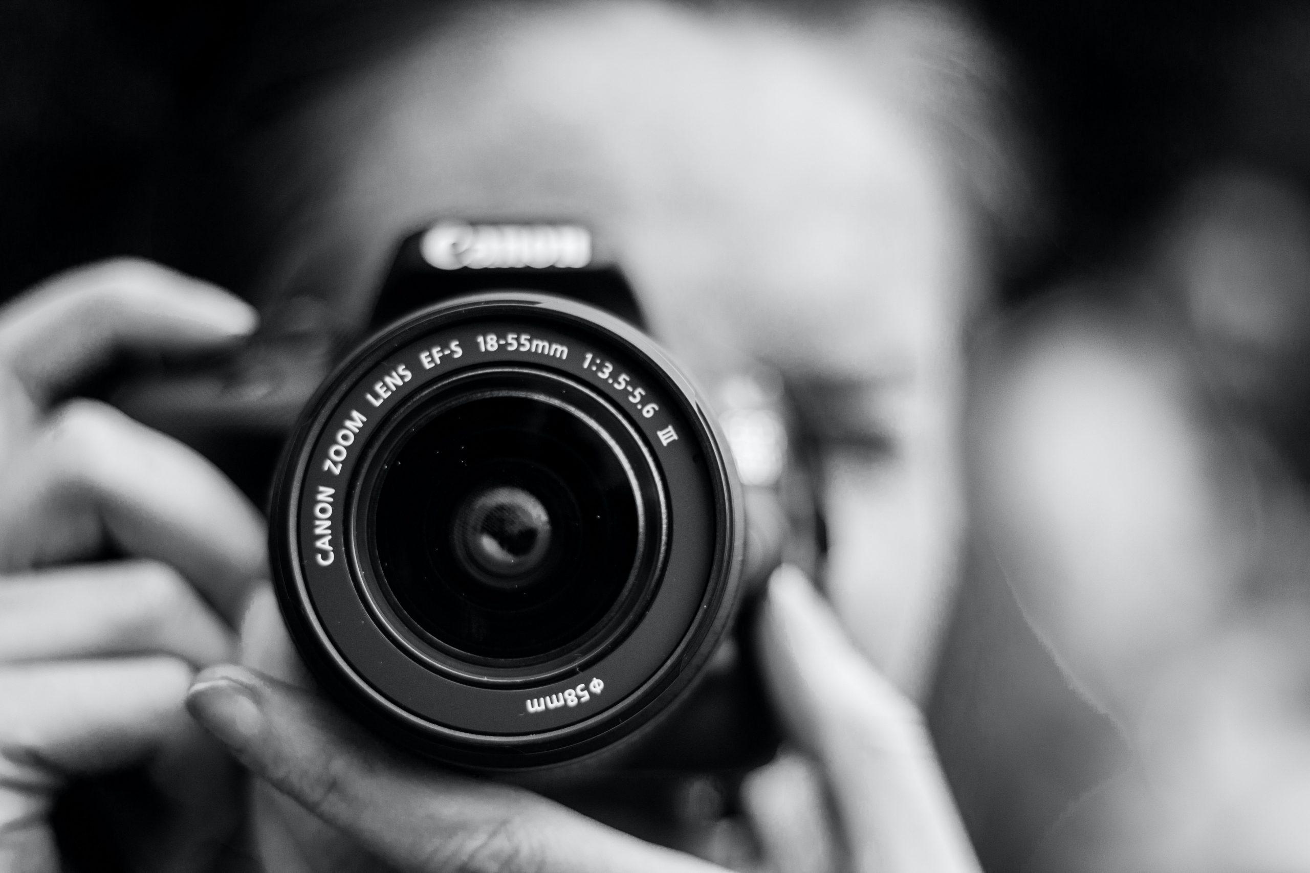 É preciso conhecer bem todos os recursos do seu equipamento para gImagem em preto e branco da lente de uma câmera com fundo desfocado