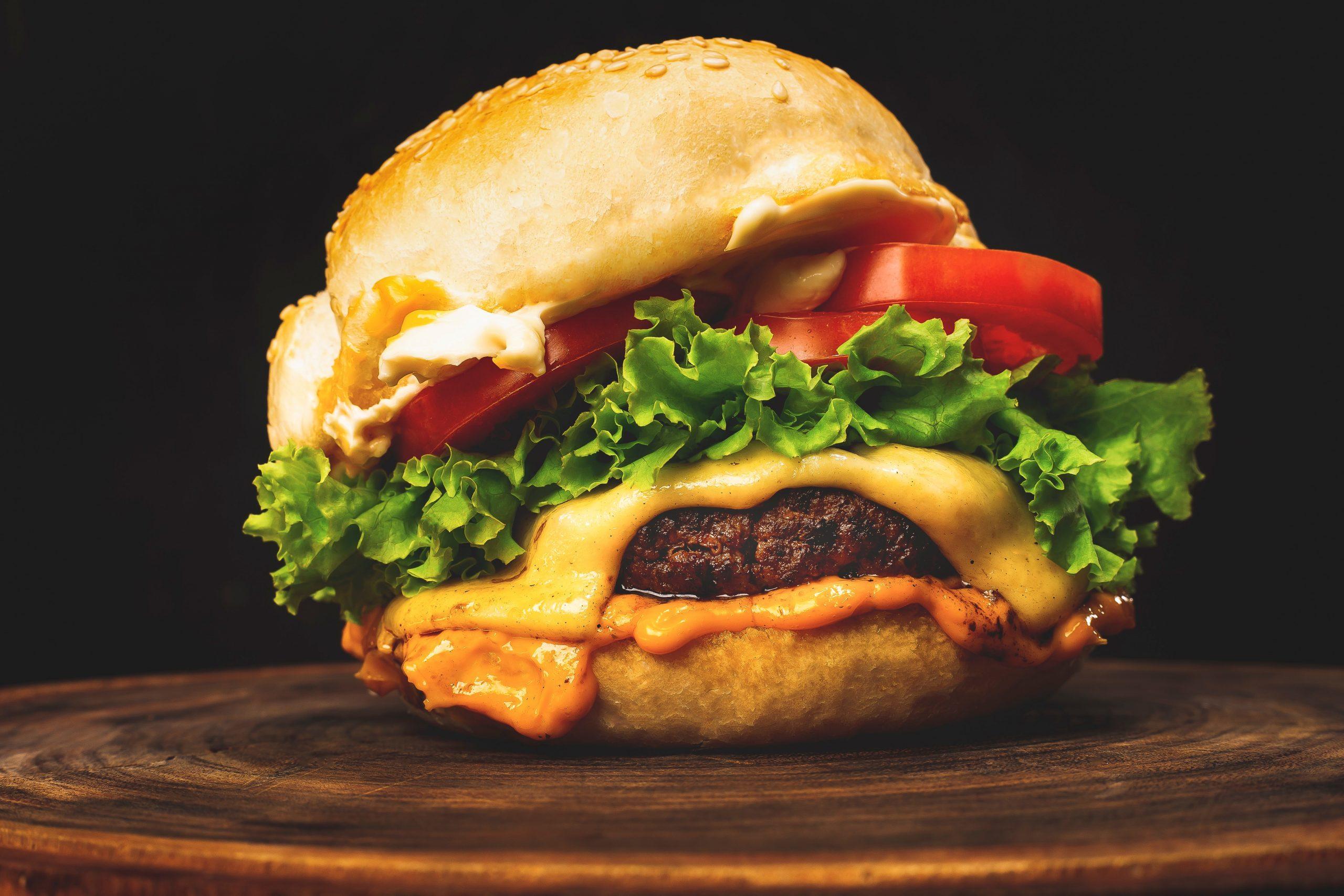 Hambúrger artesanal gourmet em uma tábua