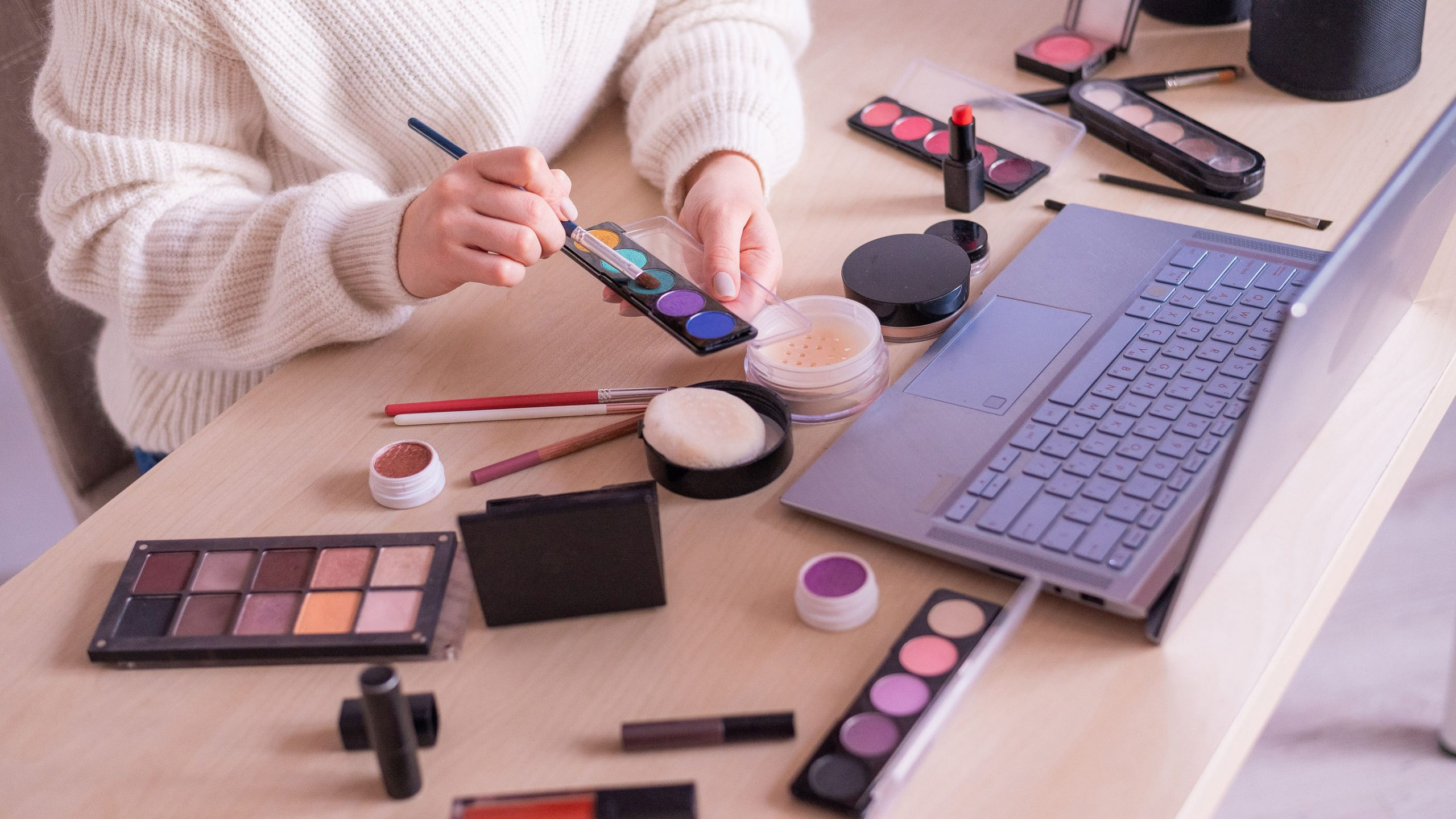 mulher fazendo curso de maquiagem à distância