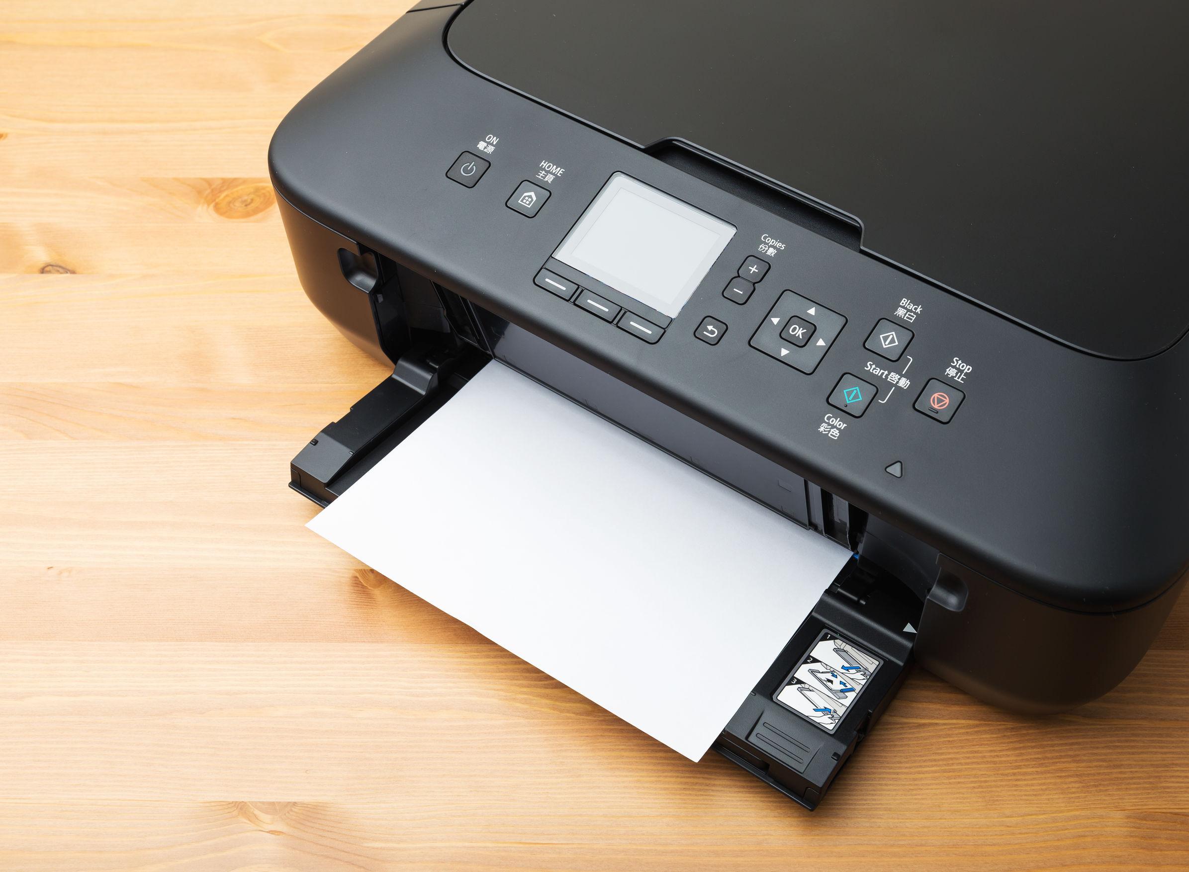 Impressora HP em uma bancada de madeira