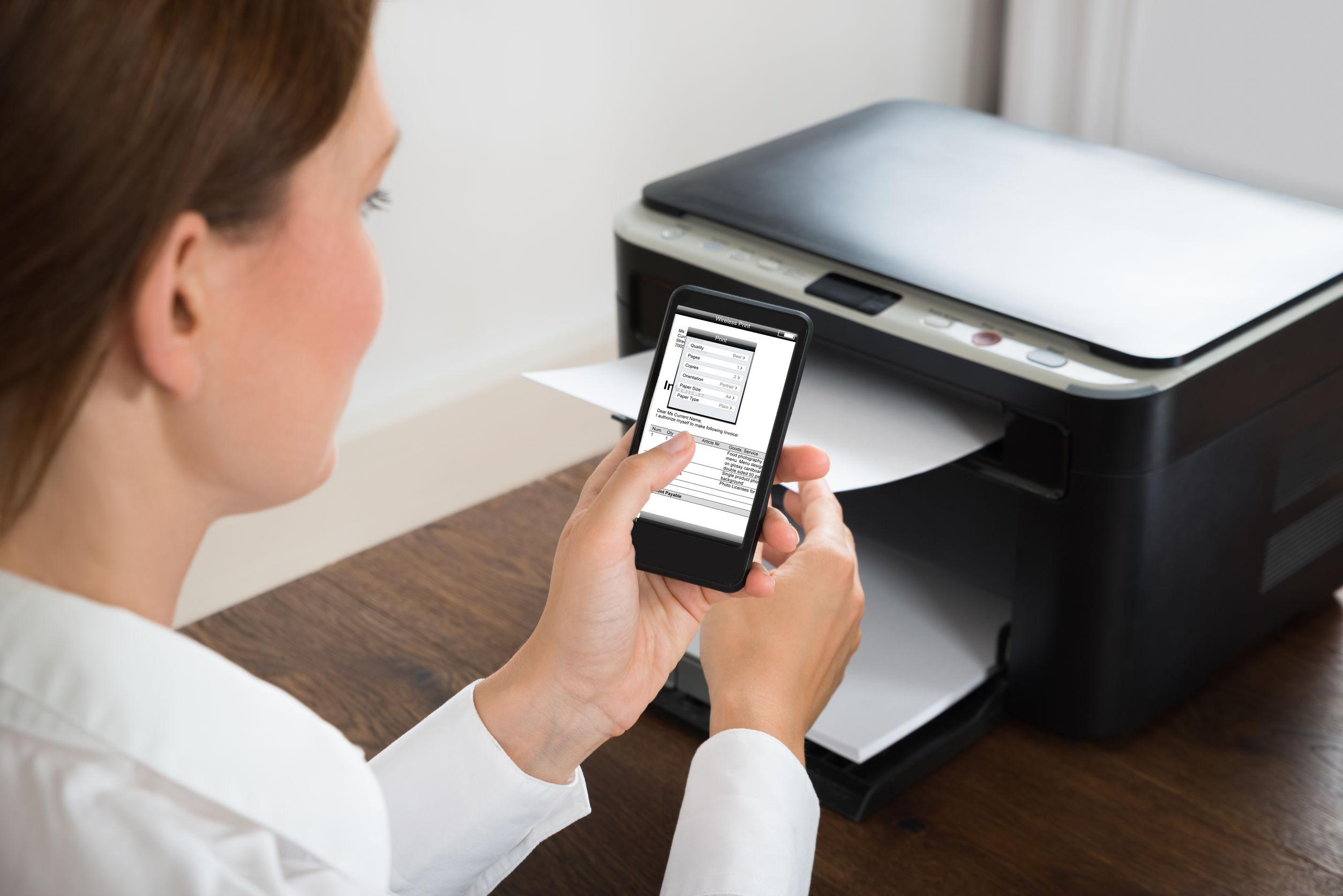 mulher enviando trabalhos para uma impressora HP usando o smartphone