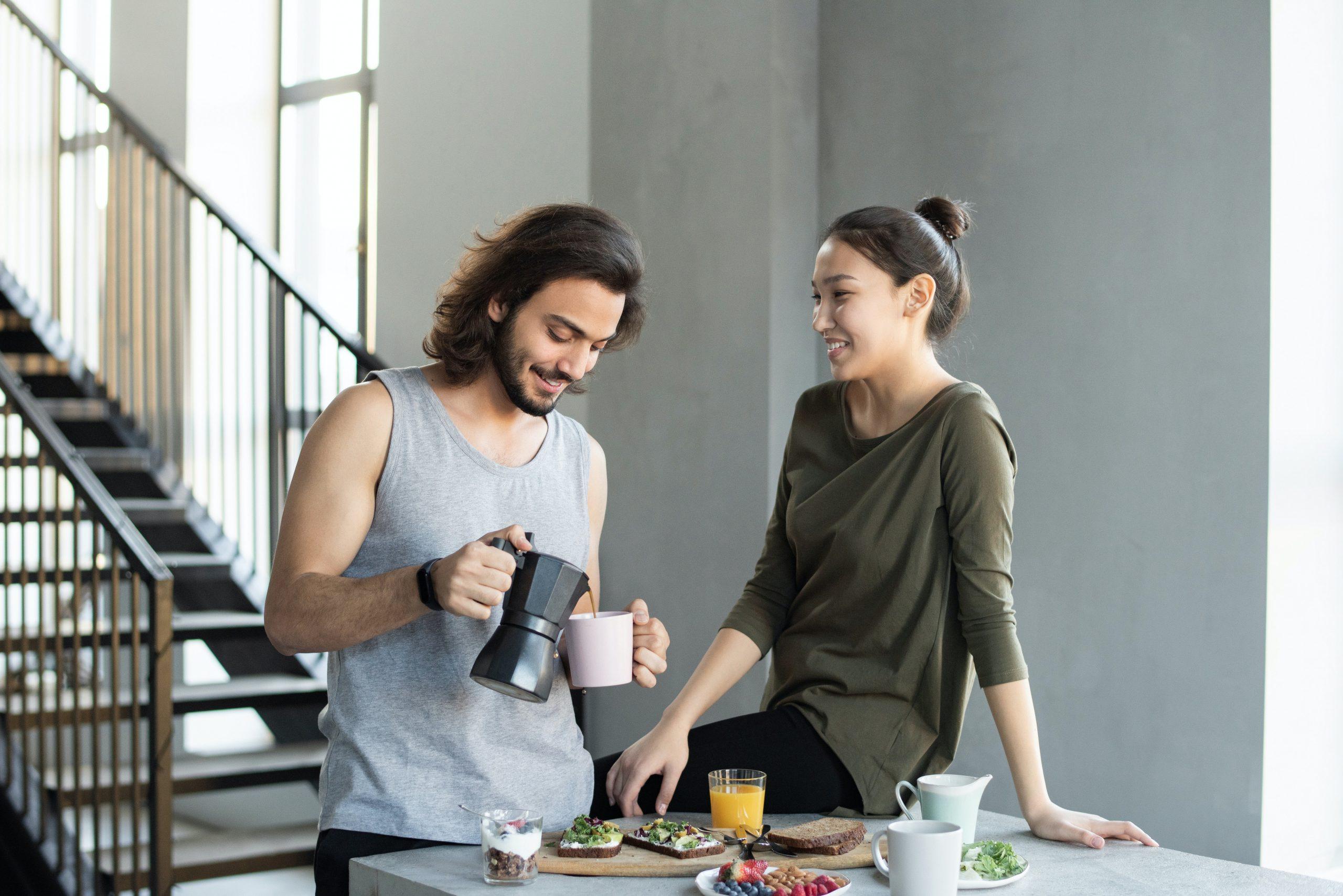 Imagem de um casal tomando café.