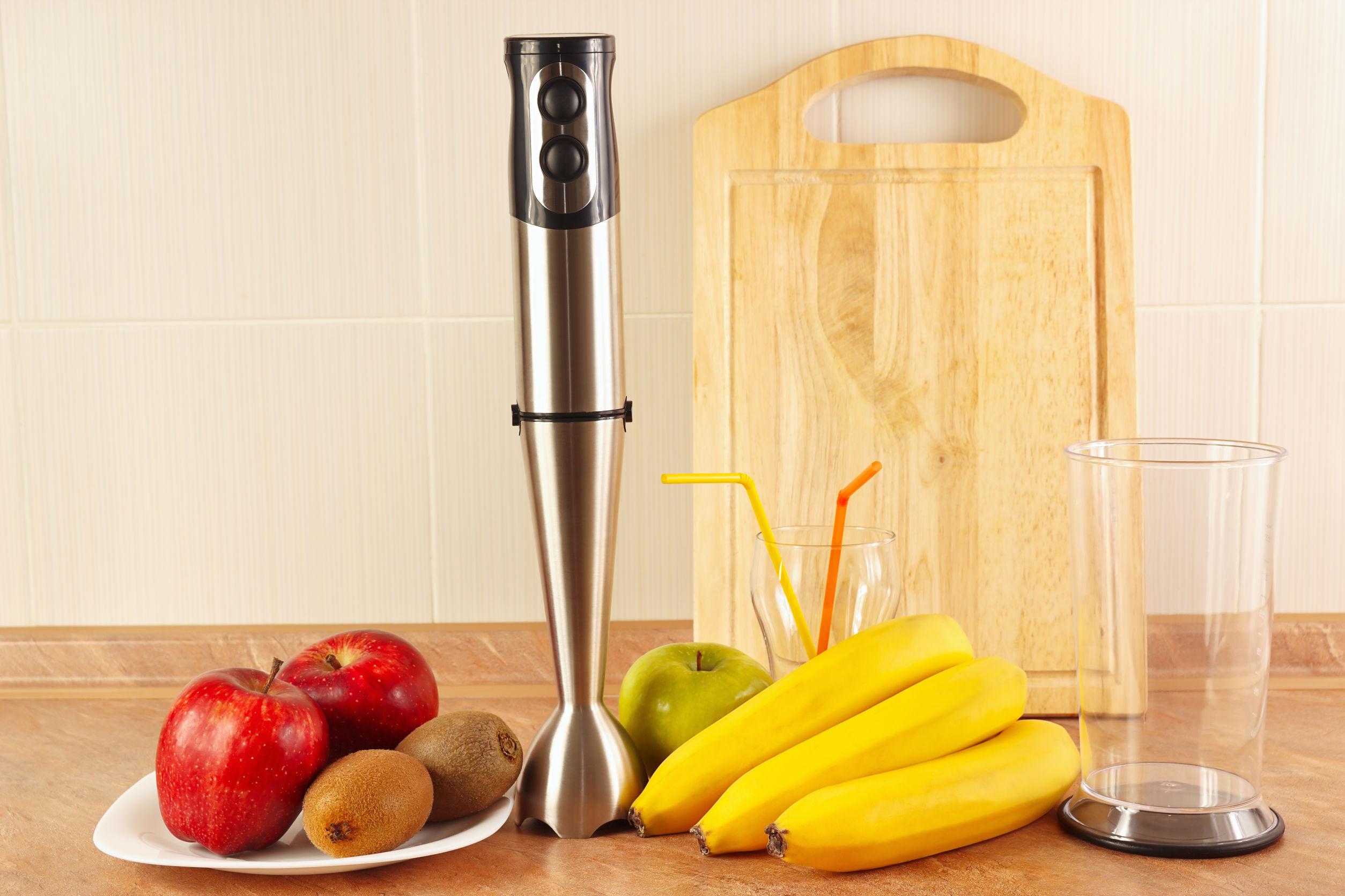 Bancada com frutas e copos com mixer para o preparo de bebidas