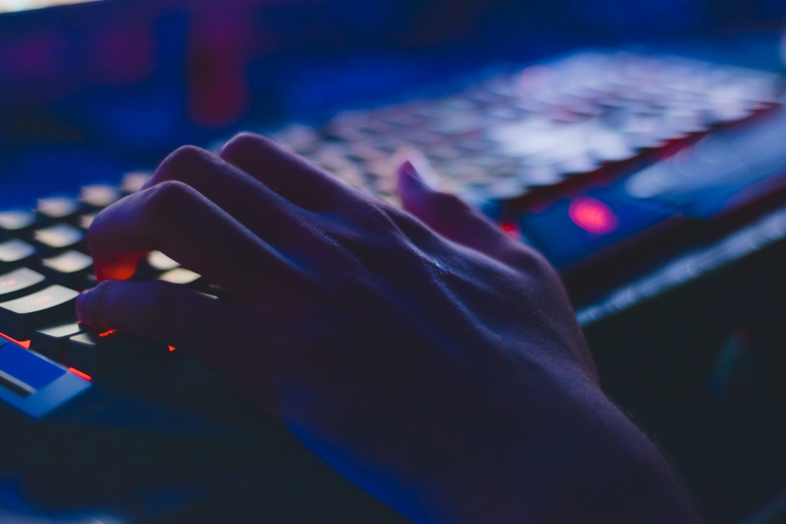 Imagem mostra um teclado gamer durante uso.