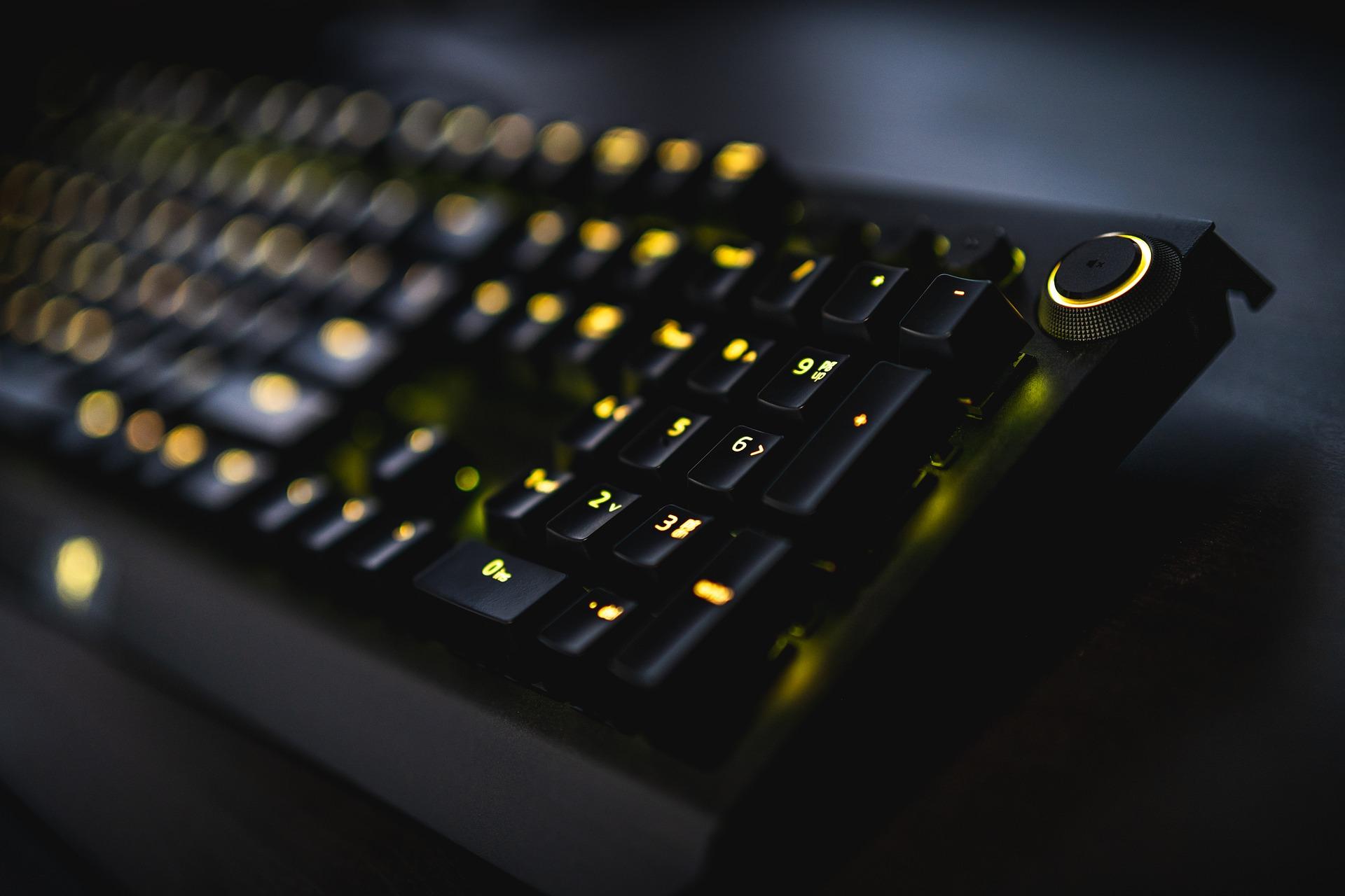 Imagem mostra um teclado em destaque.