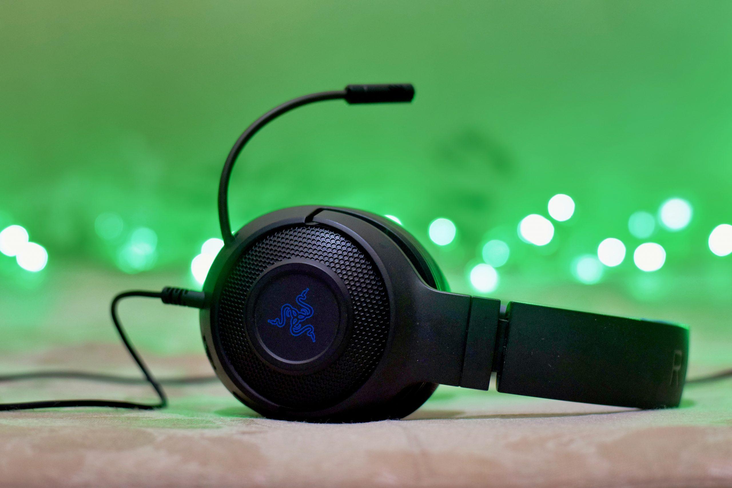 Imagem de um headset preto sobre uma mesa com fundo desfocado.