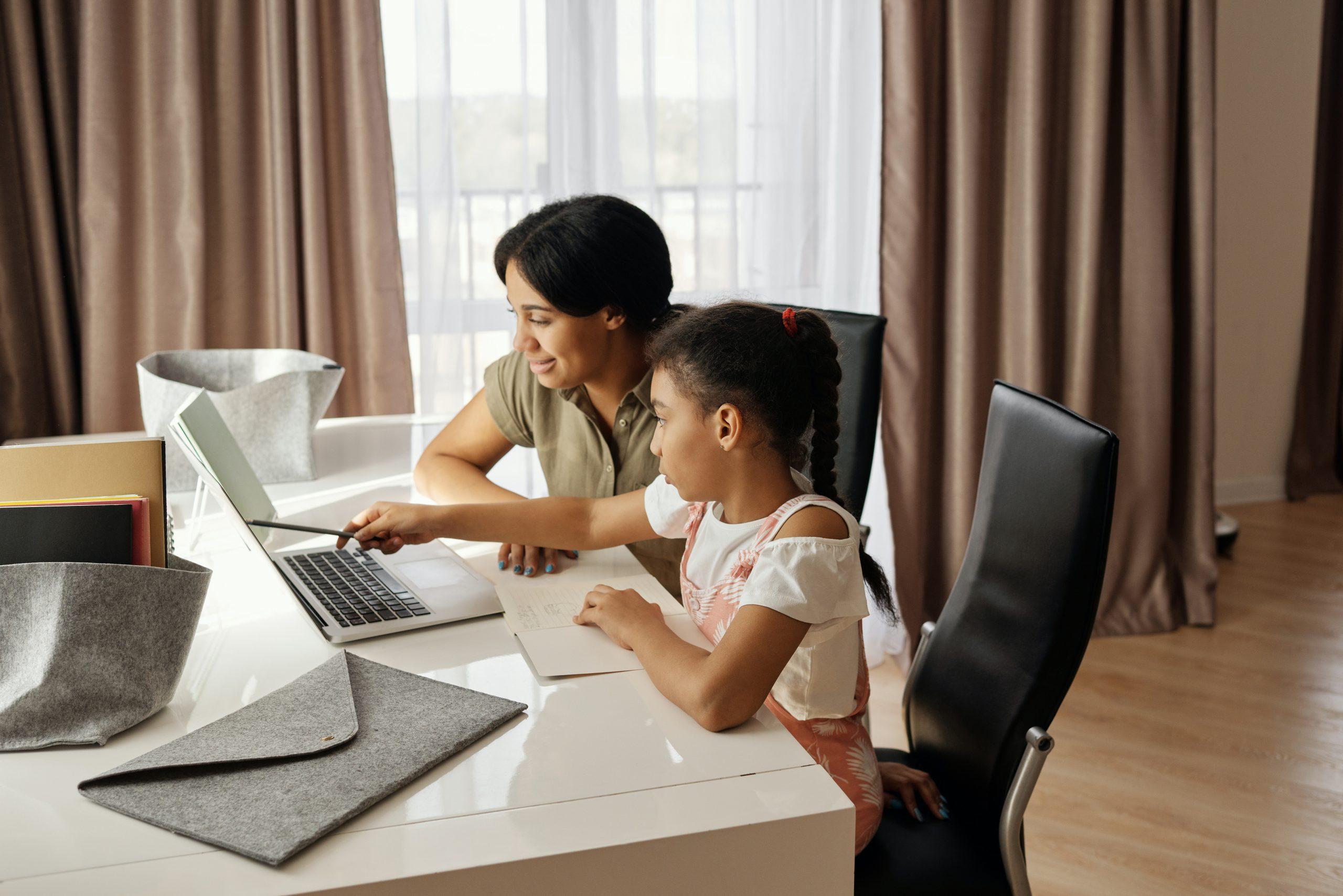 mulher e filha estudando em um notebook Acer