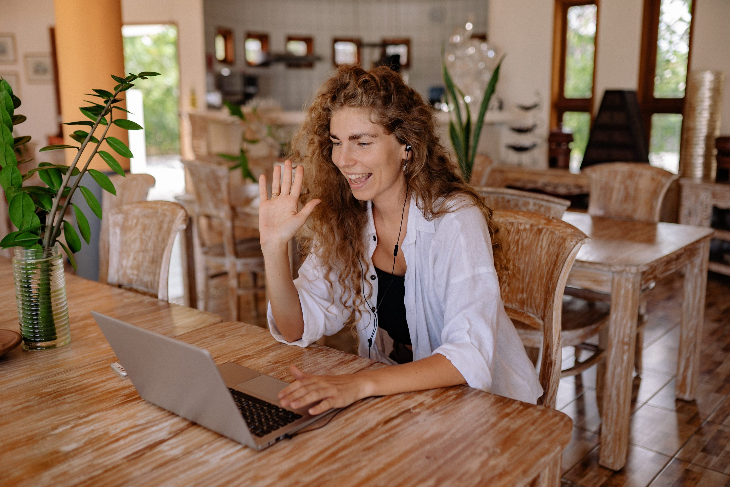 mulher usando um notebook Acer em videoconferência