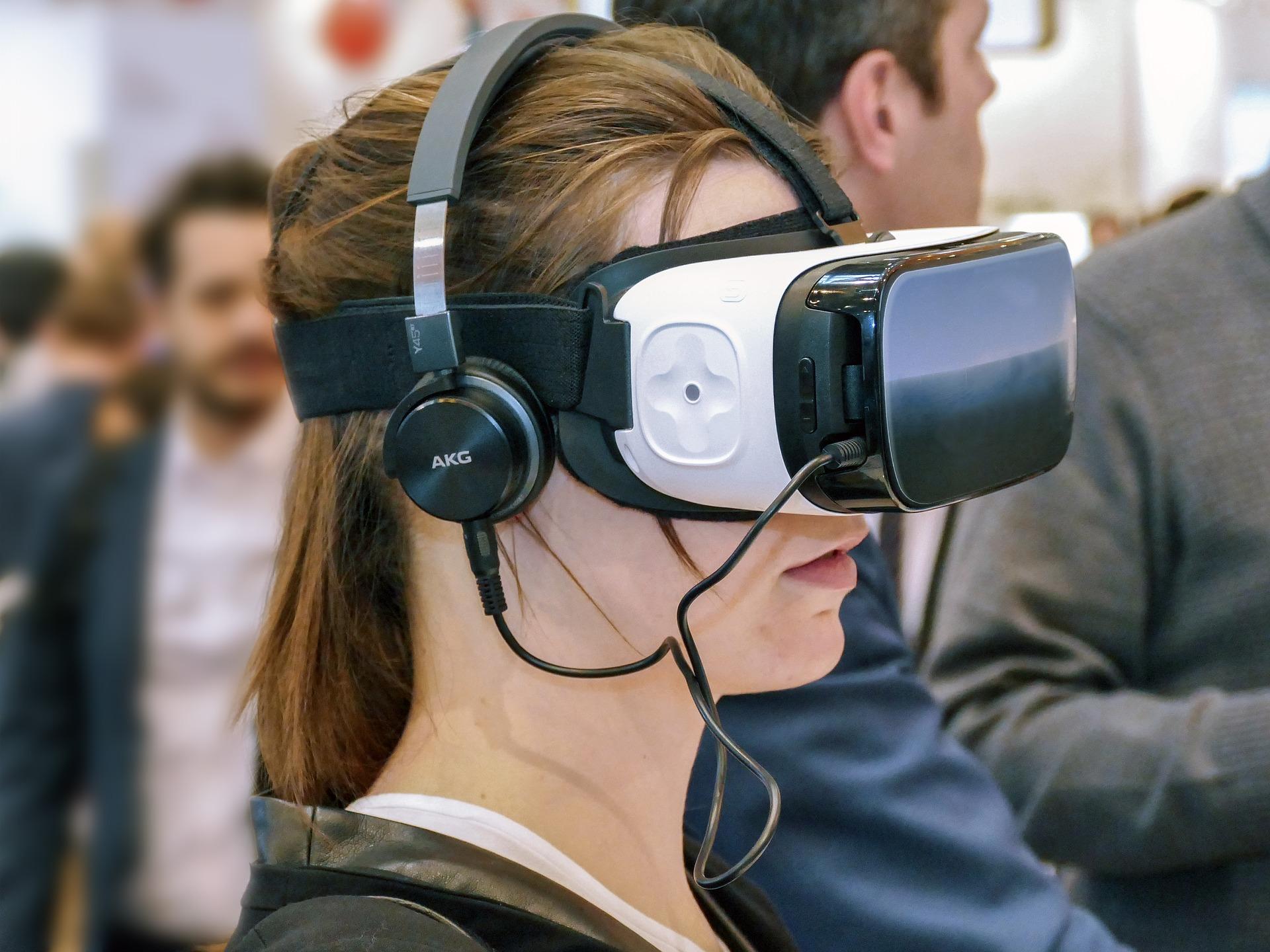 Imagem mostra uma mulher usando óculos VR.