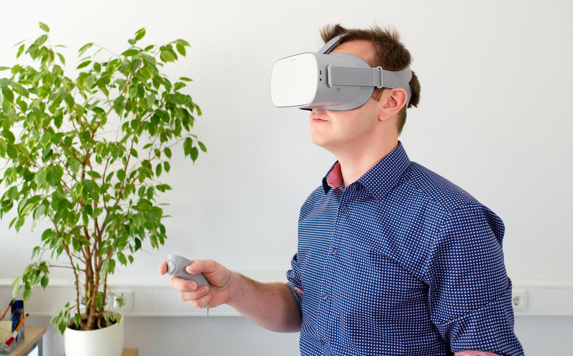 Imagem mostra um hondomem usaóculos VR em uma sala.