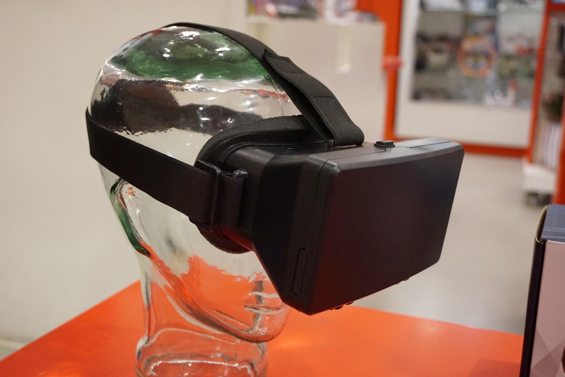 Imagem mostra um óculos VR vestido em um molde de cabeça.