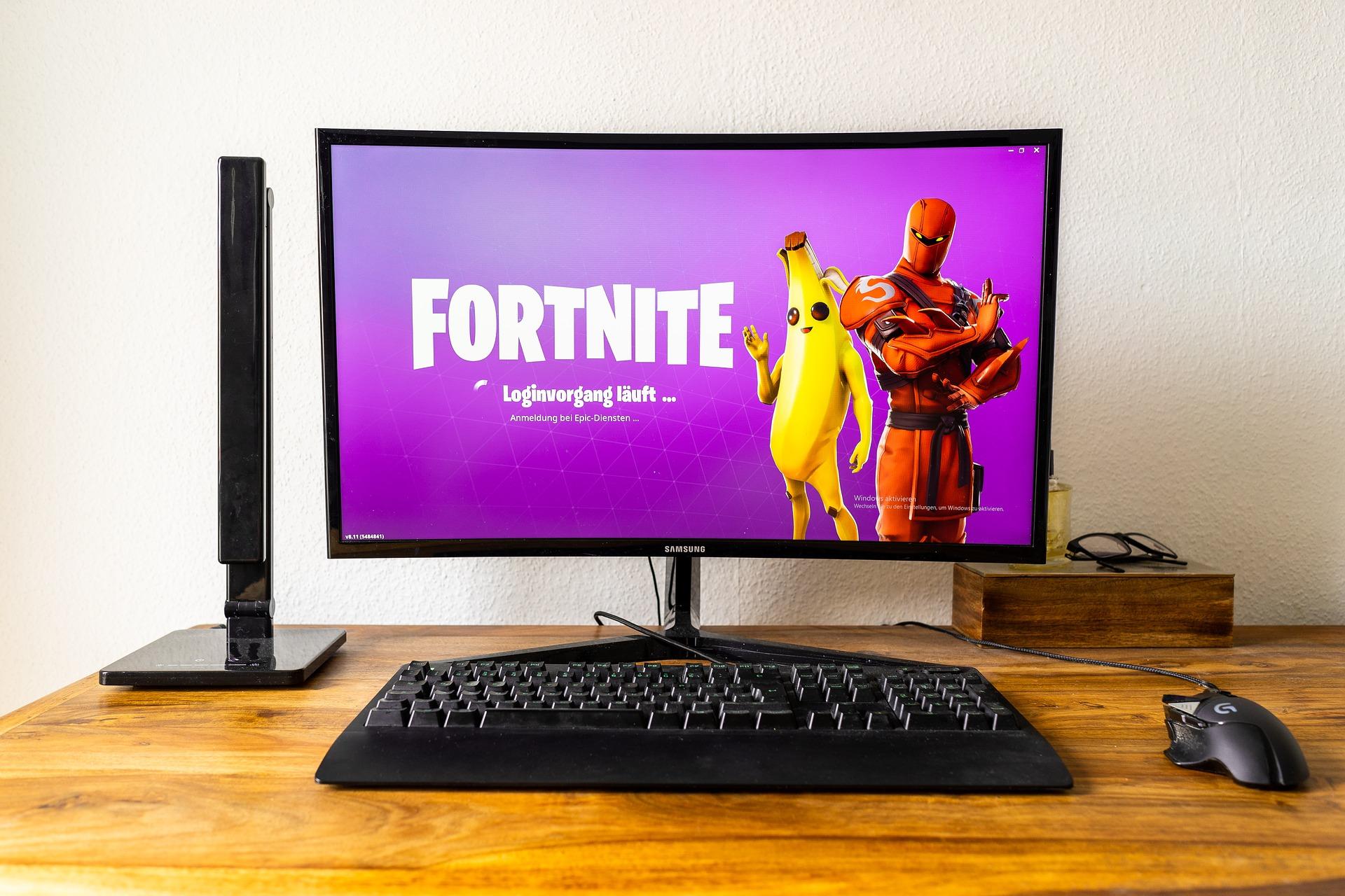 Imagem mostra um computador com imagem do jogo Fortnite na tela.
