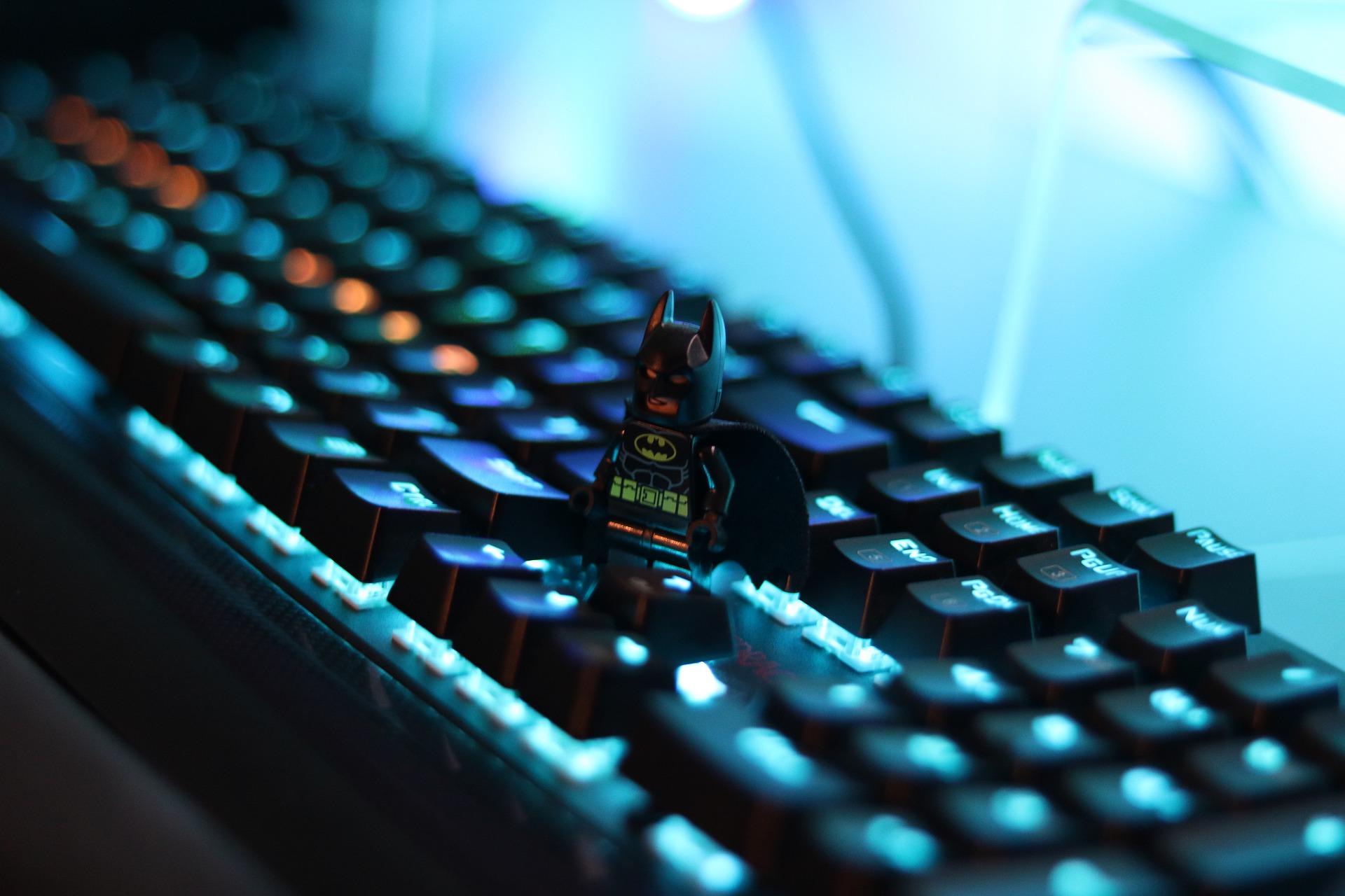 Imagem mostra um teclado gamer em destaque.