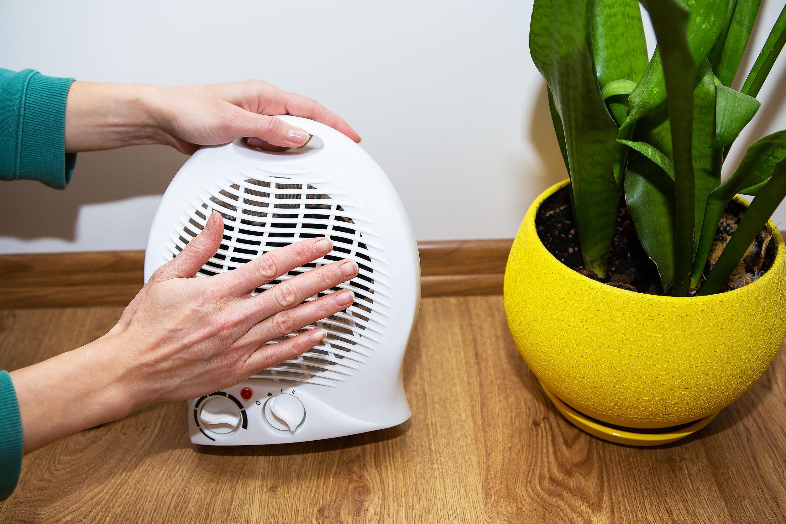 Imagem de uma pessoa ligando um ventilador