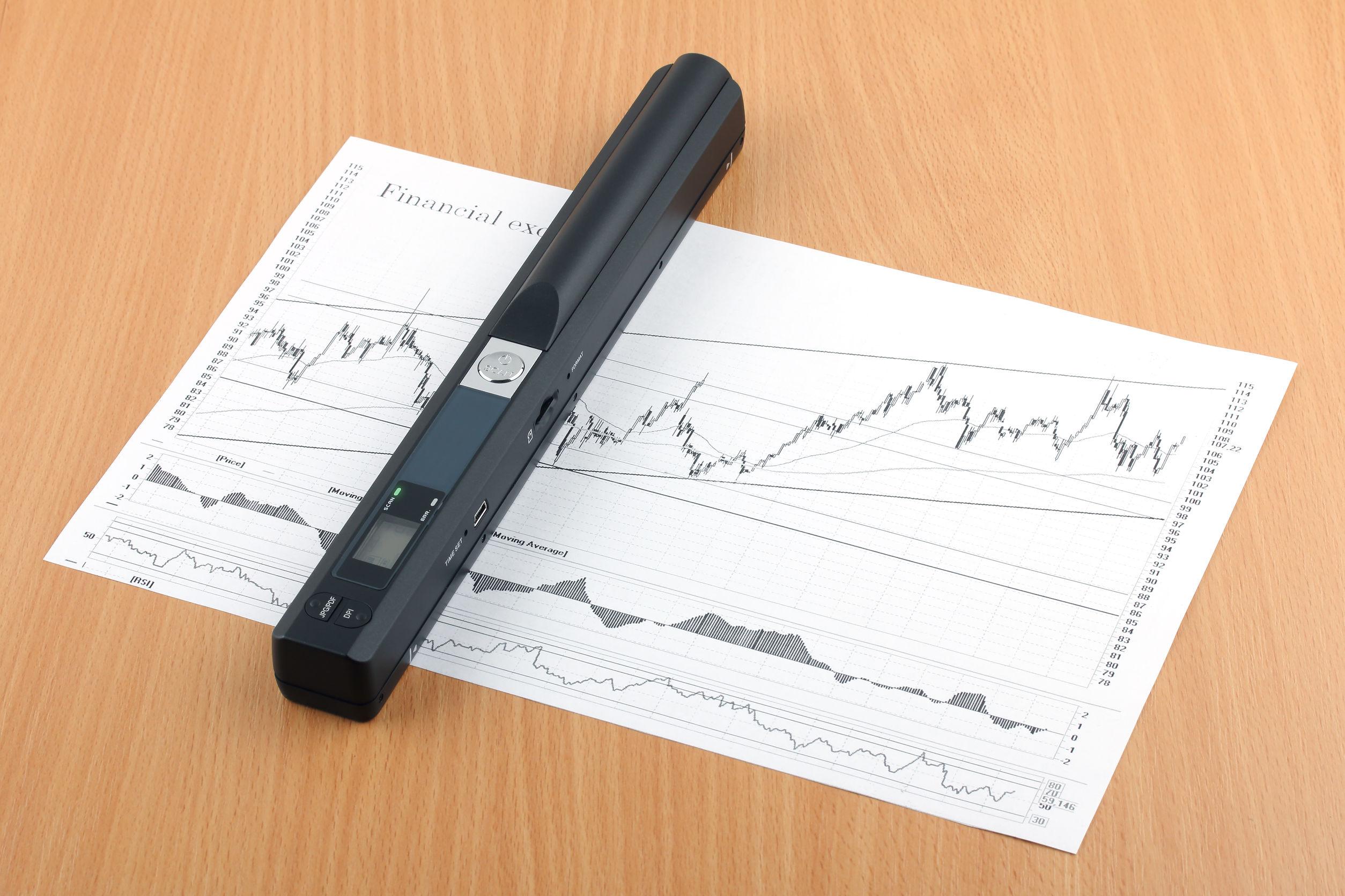 scanner portátil digitalizando documento sobre uma mesa