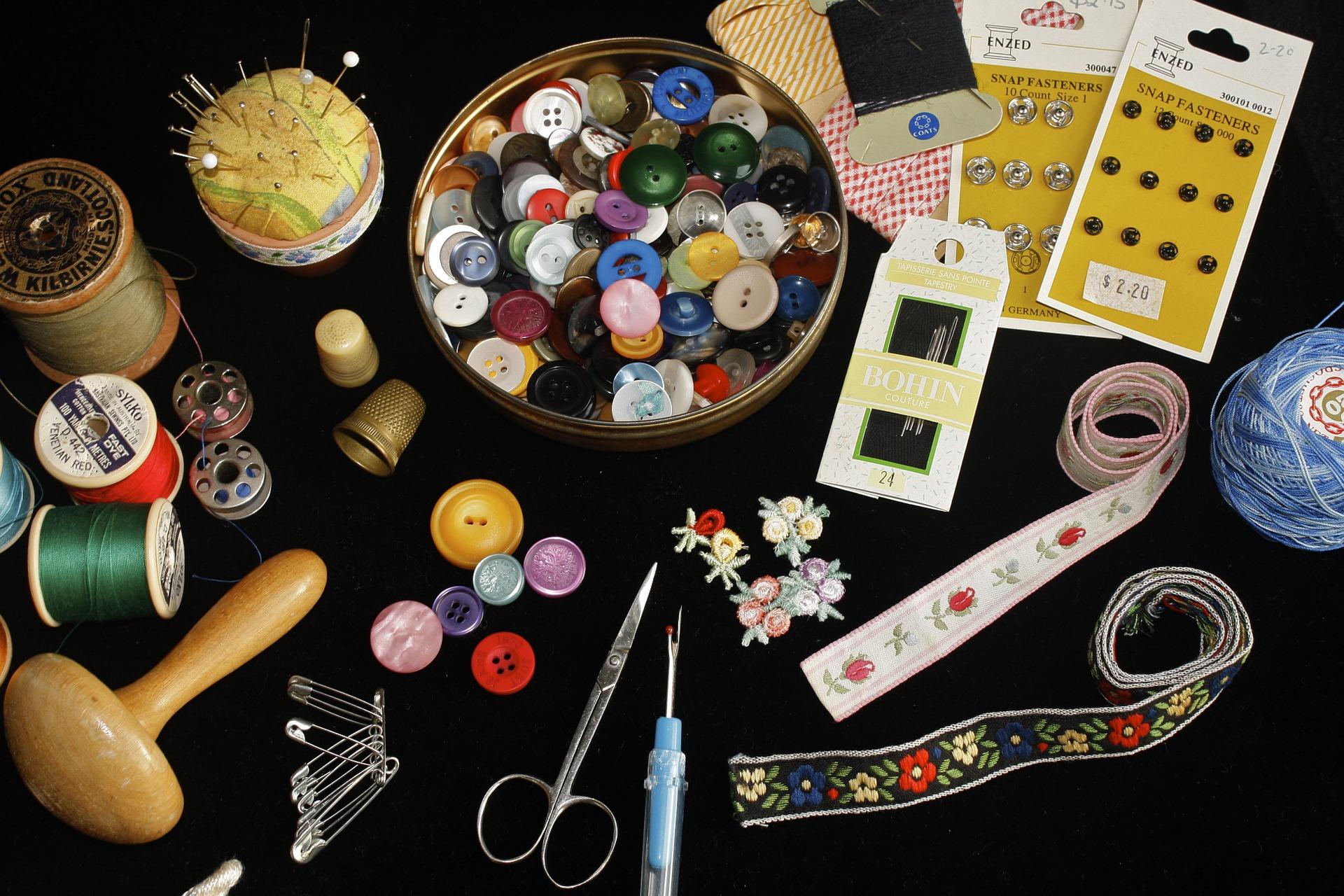 Botões, agulhas, tesoura e acessórios de costura.