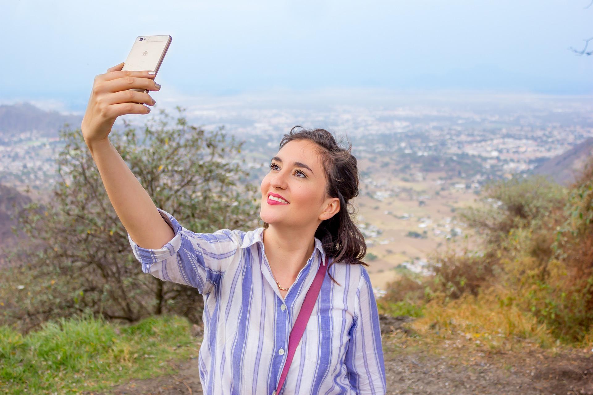 Mulher tirando selfie.