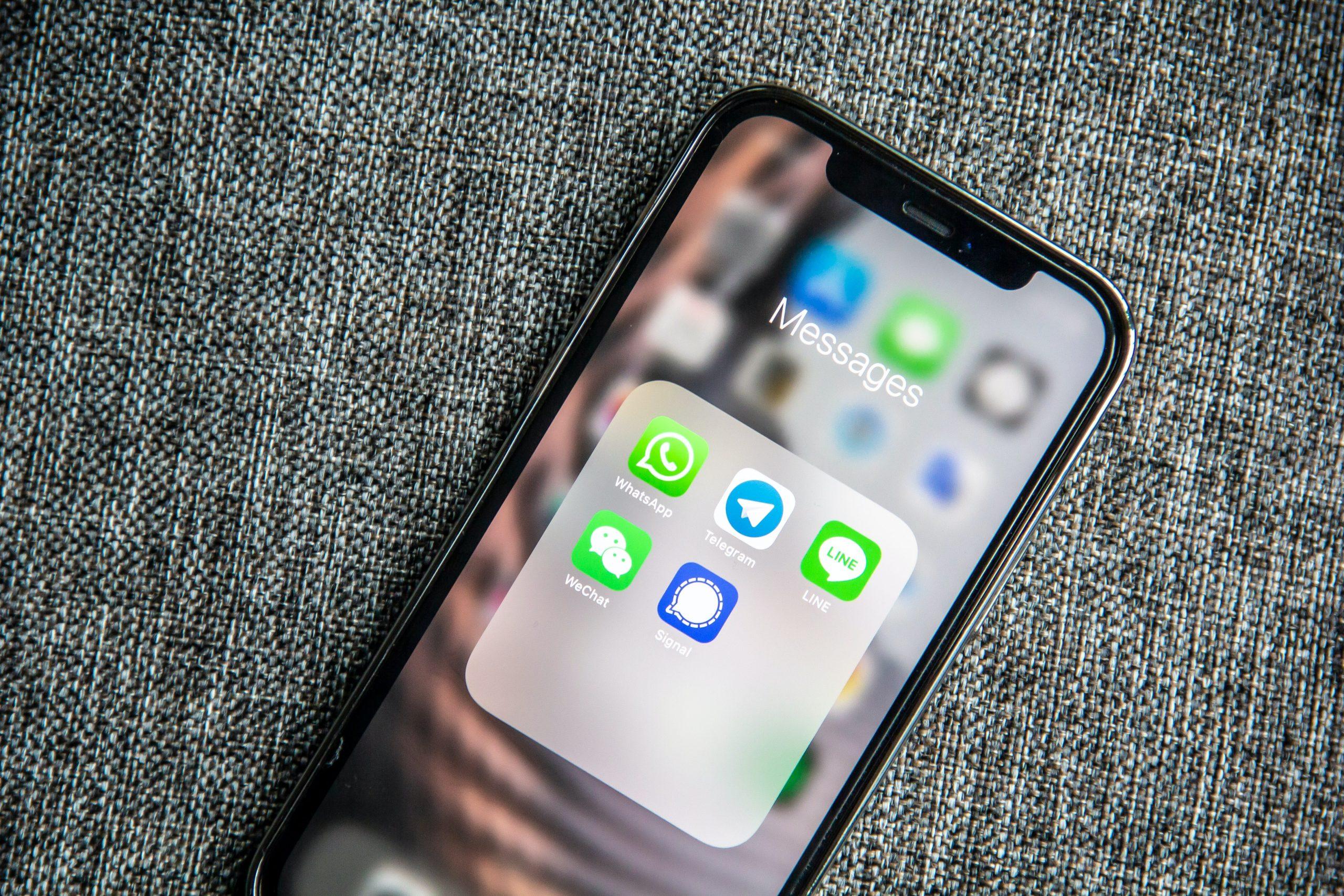 Imagem de um celular com apps na tela