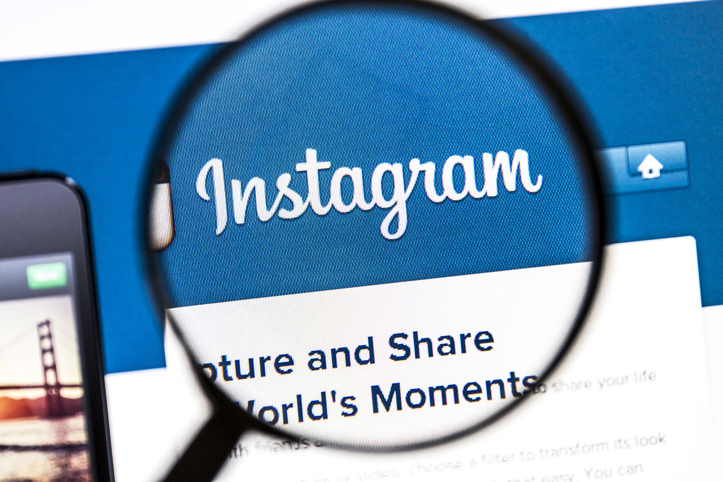 tela inicial do instagram vista por uma lupa