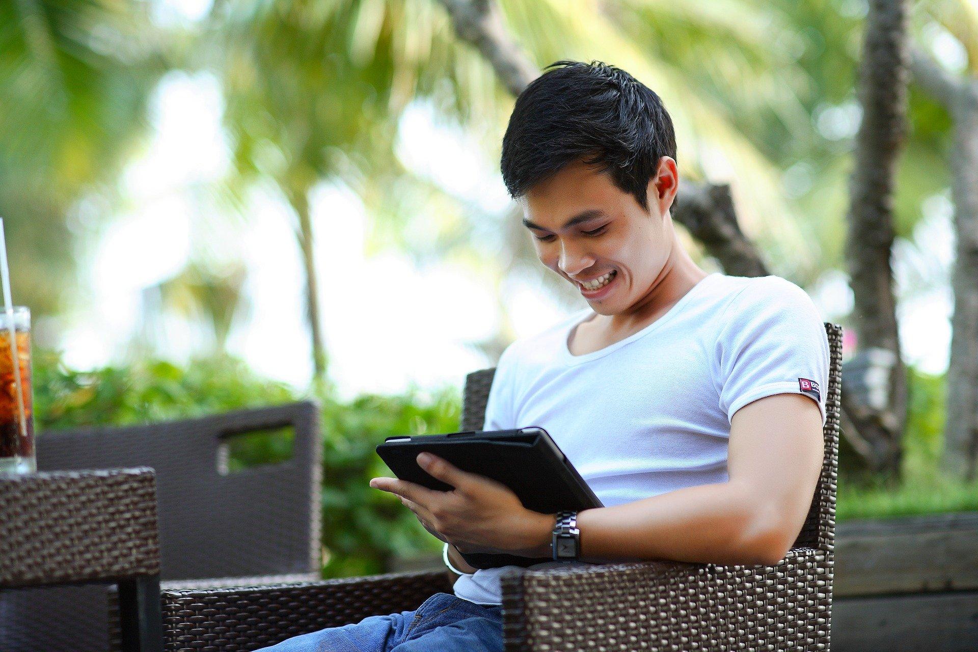 Rapaz usando tablet.