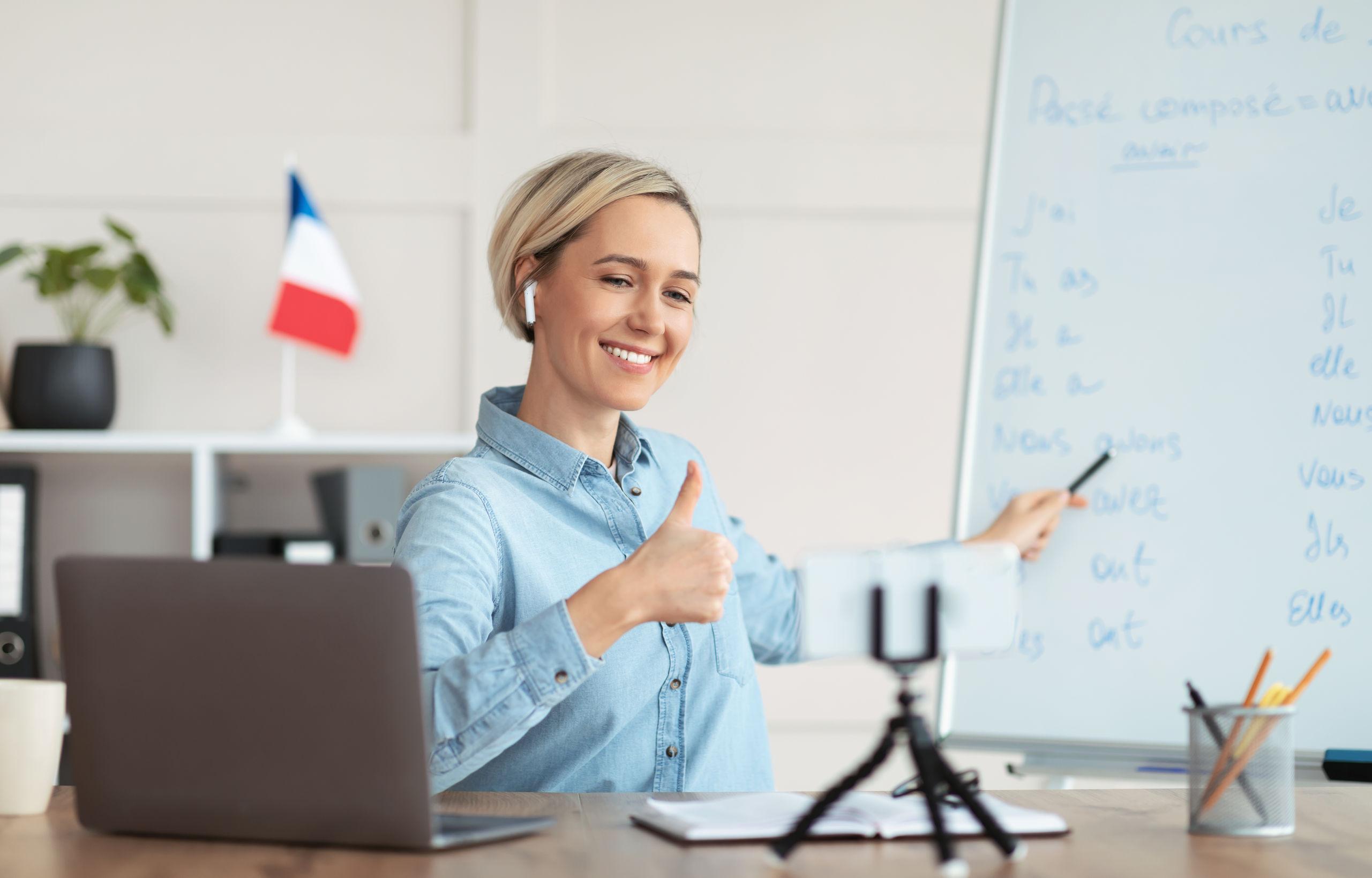 Professora do curso de francês tirando dúvidas on-line.